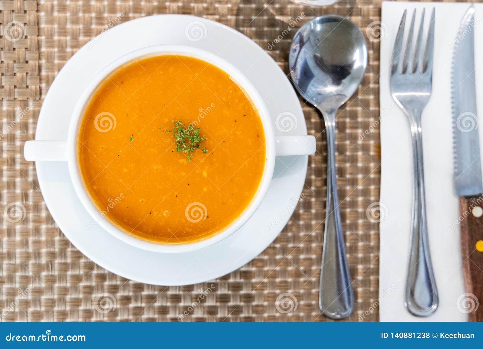 Portion de soupe crémeuse à tomate au restaurant