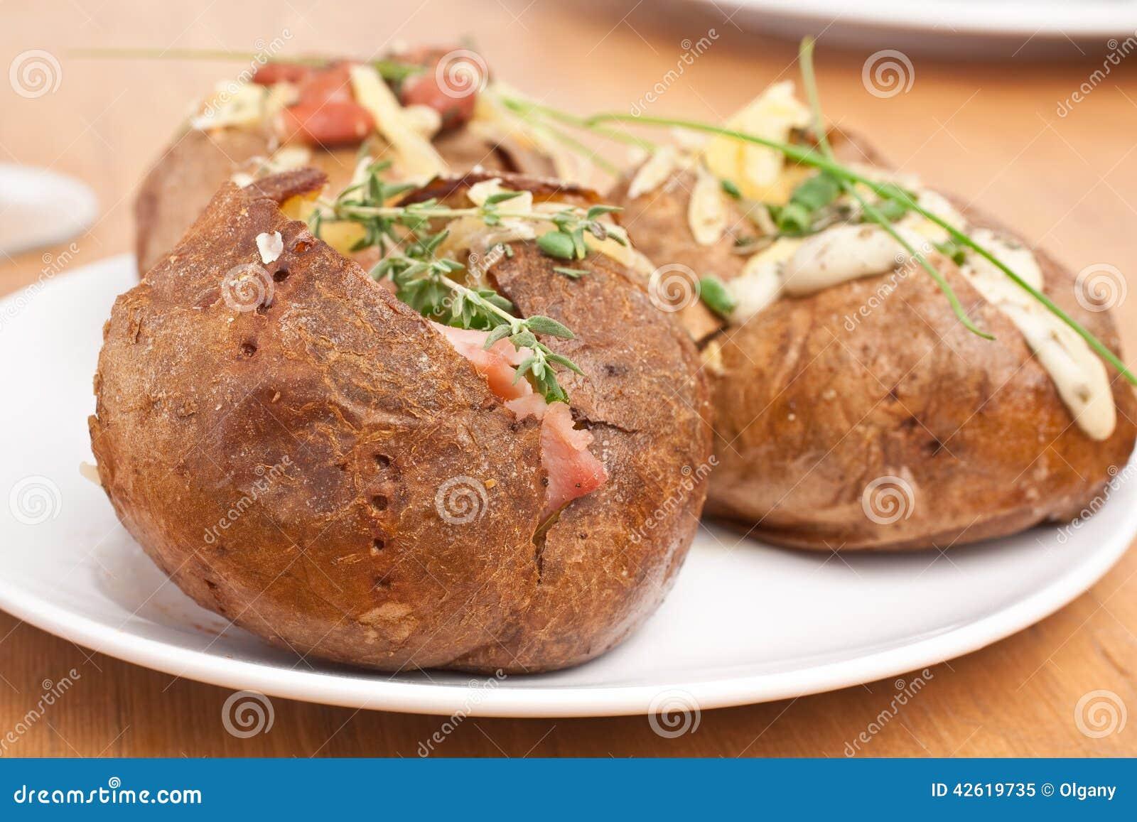 Patate cuite en robe de chambre - Pomme de terre en robe de chambre au four ...