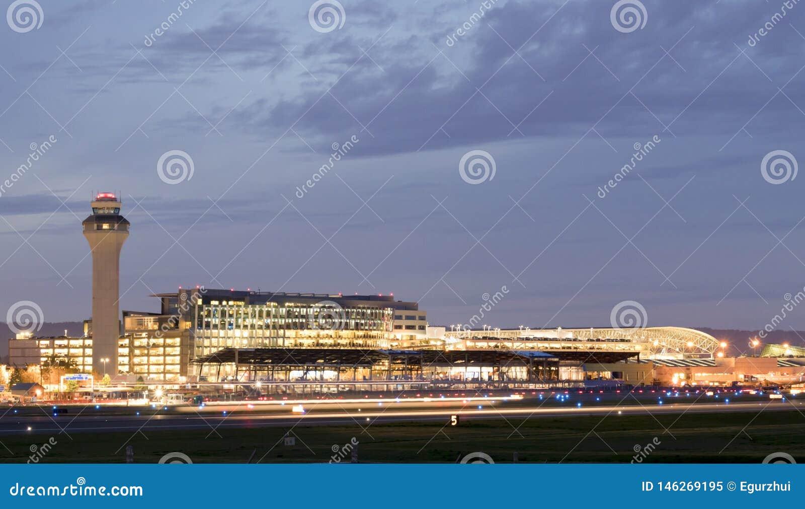 Portland internationell flygplats PDX p? natten - den st?rsta och b?sta flygplatsen i staten av Oregon