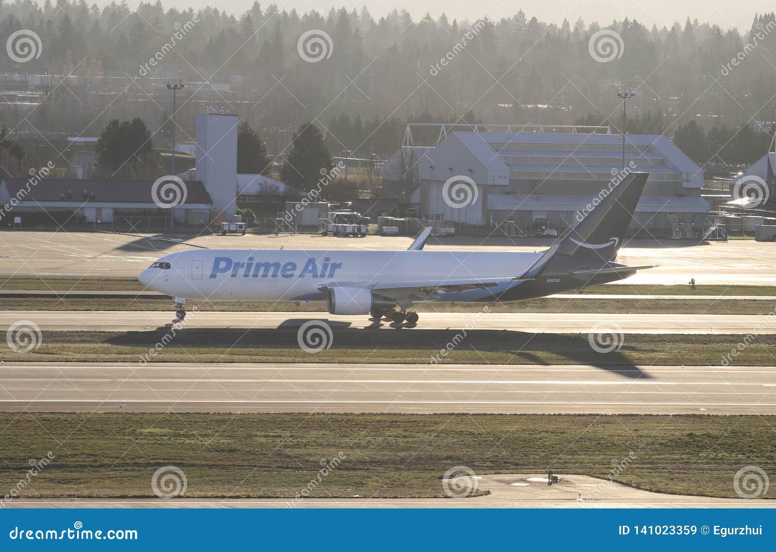 Portland, OU - em dezembro de 2017: O ar principal Boeing 767 operou-se por Atlas Air que alinha para a pista de decolagem antes