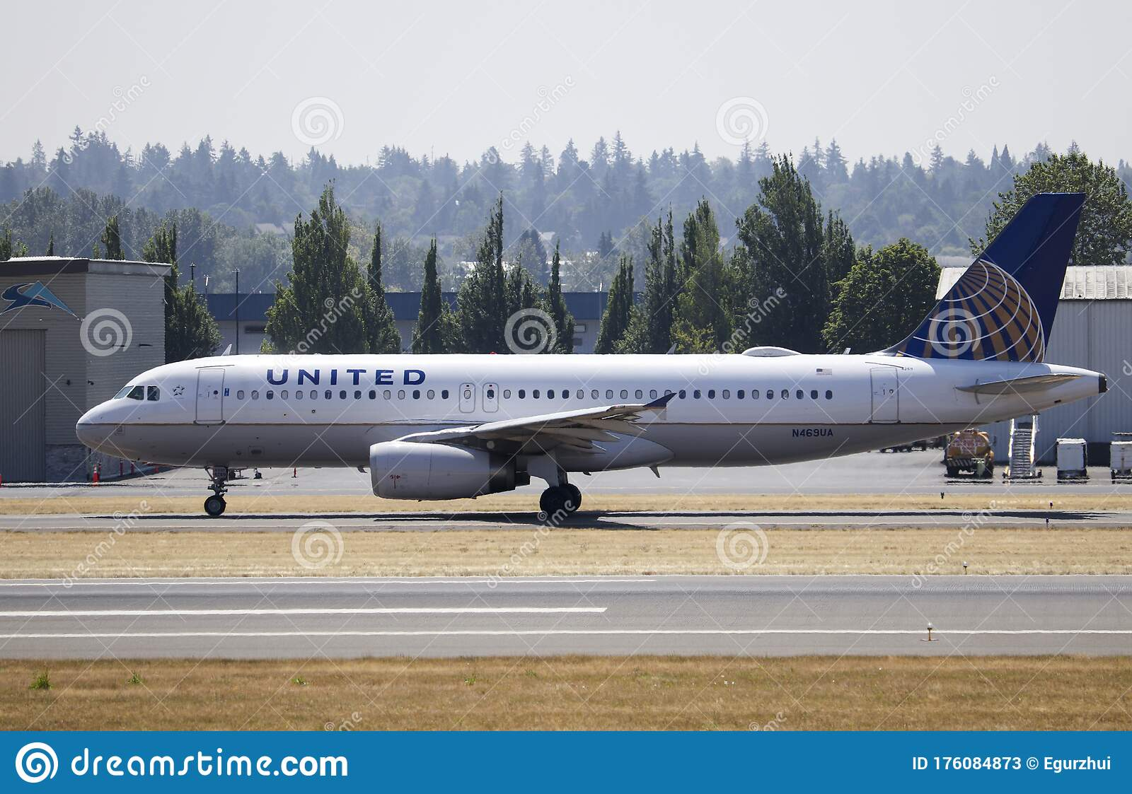 Portland Or Usa Circa 2018 United Airlines Airbus A320 Taxiing To The End Of The Runway For Departure From Portland Editorial Stock Photo Image Of American Aviation 176084873