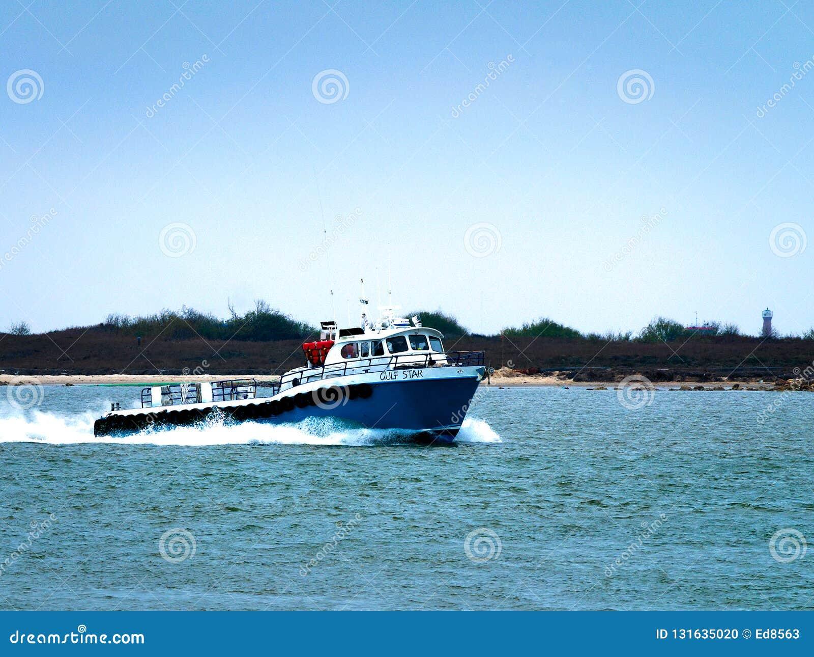 Porto Aransas, TX - 8 febbraio 2018: Sciabica del peschereccio che si dirige al golfo del Messico