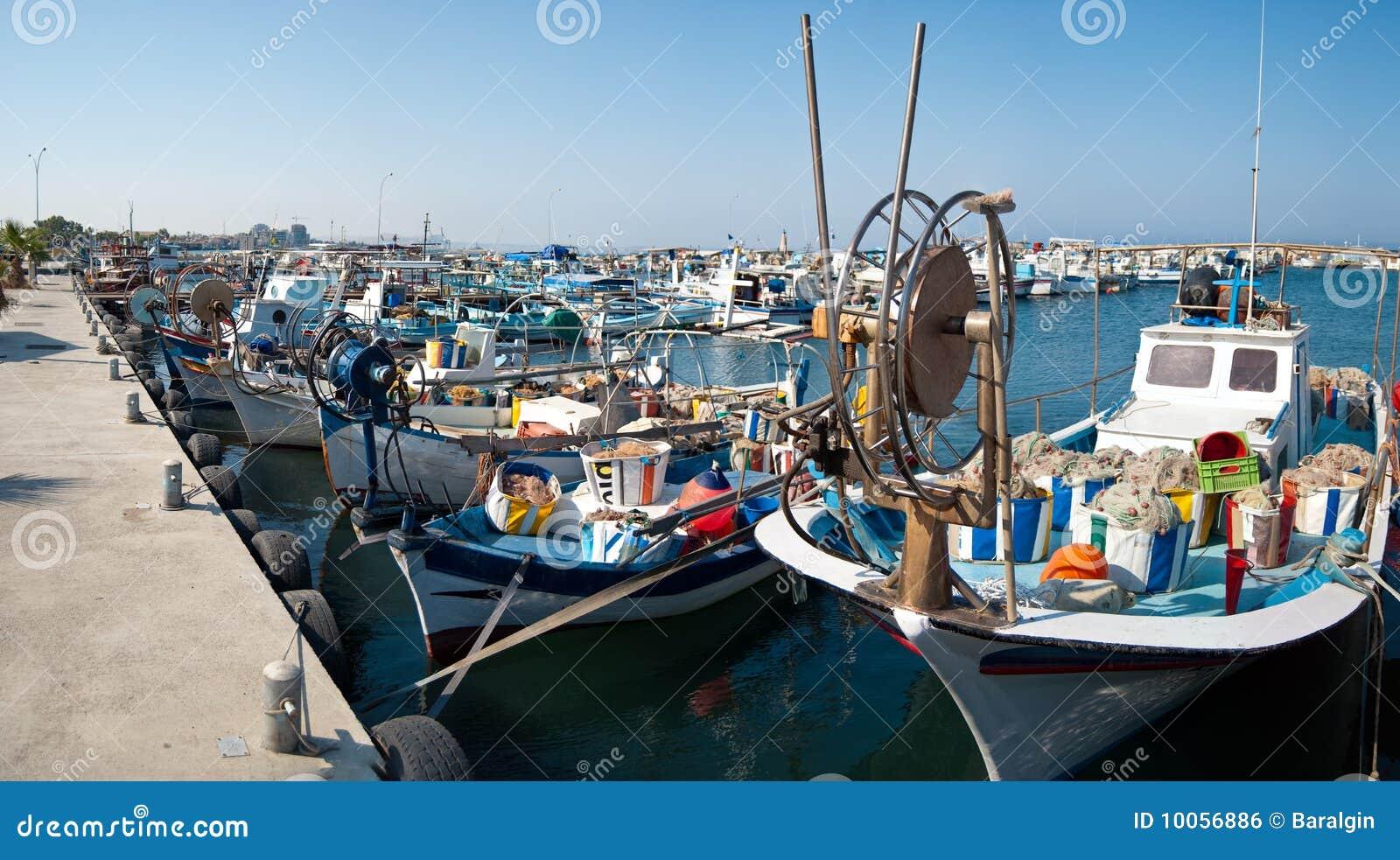 Porto com barcos de pesca