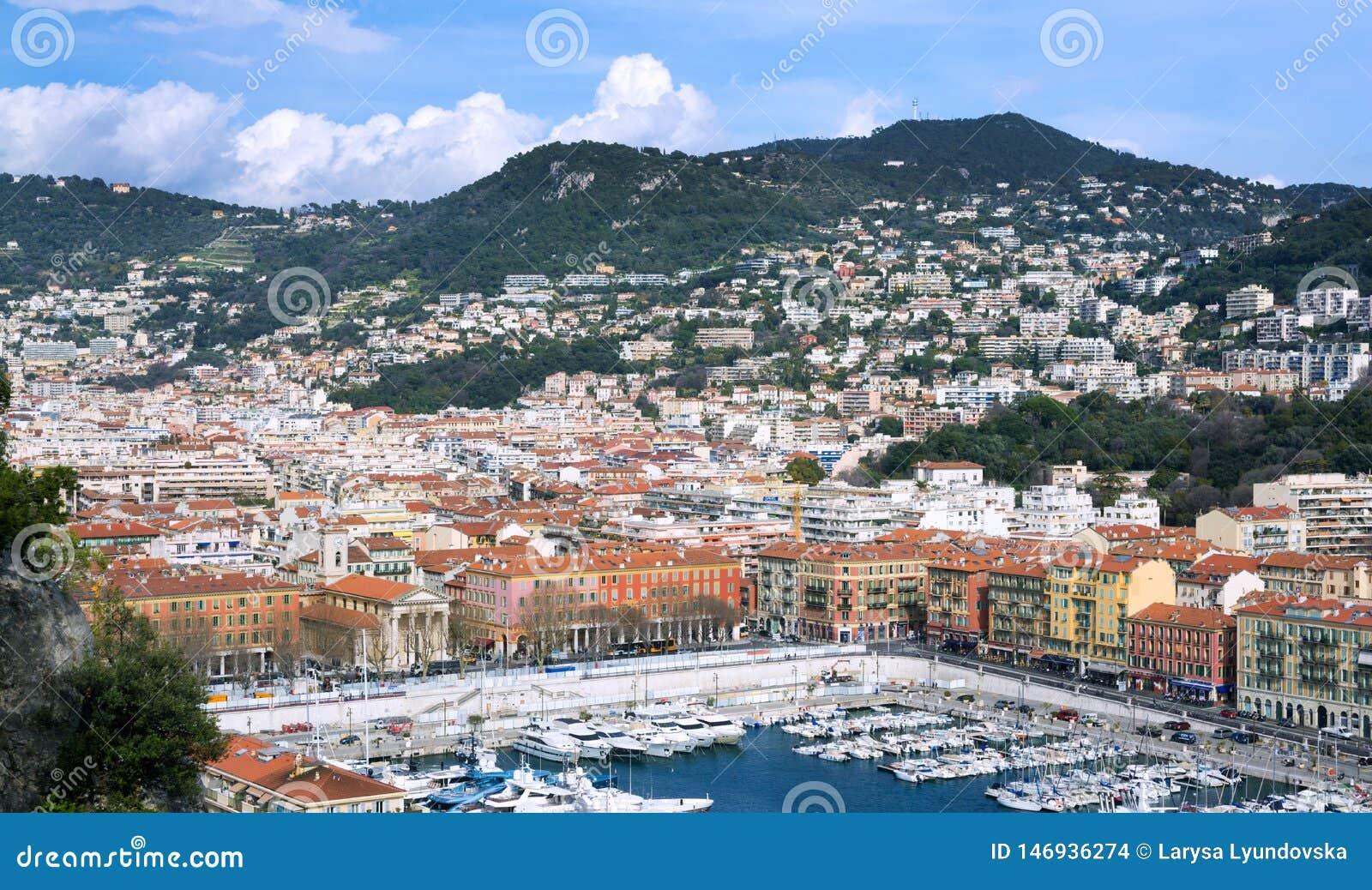 Porto da cidade francesa de agrad?vel Os iate e os barcos privados s?o estacionados perto da costa