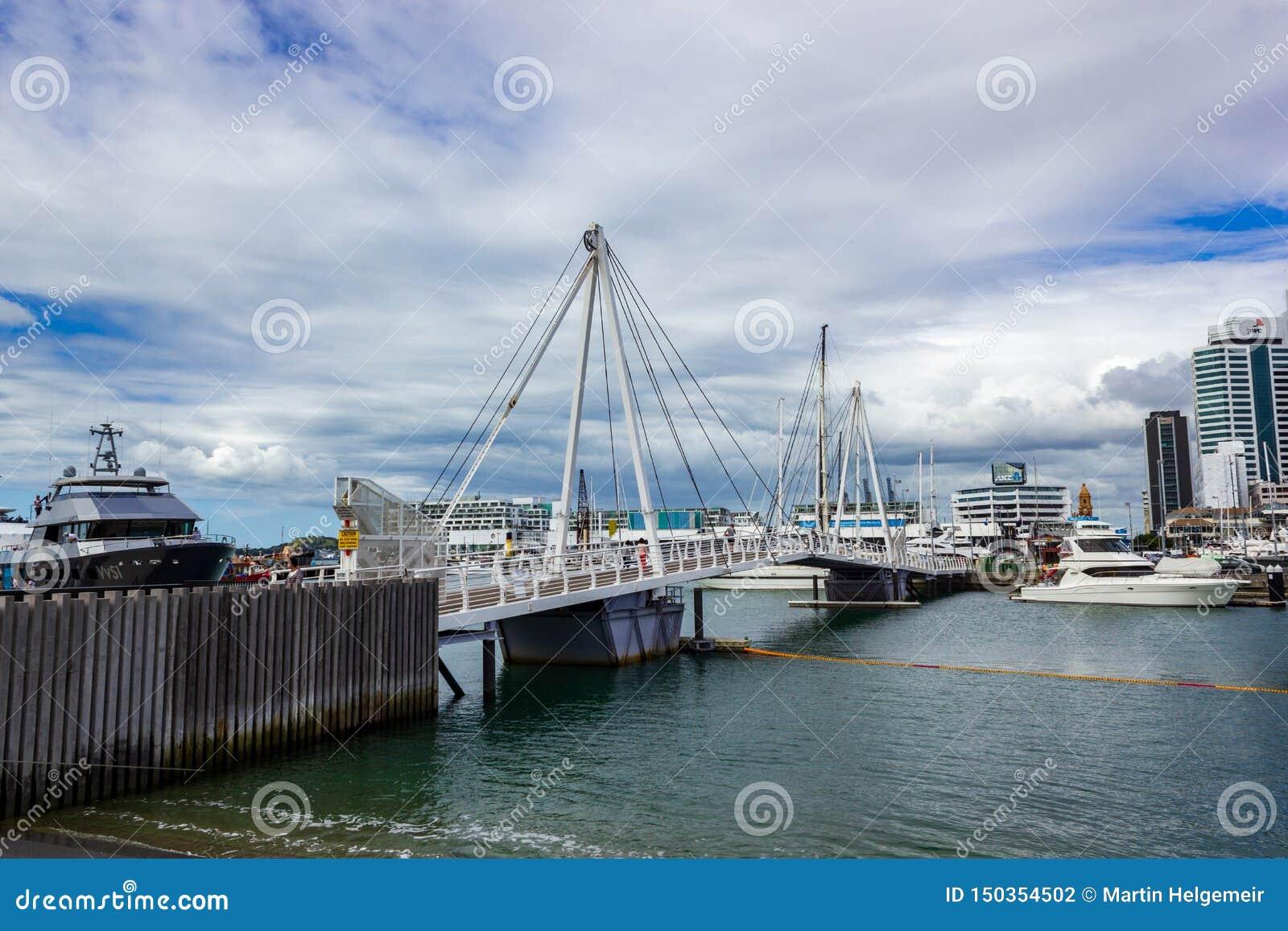 Porto de Auckland e uma ponte bonita, o marco em NZ, Auckland, Nova Zelândia