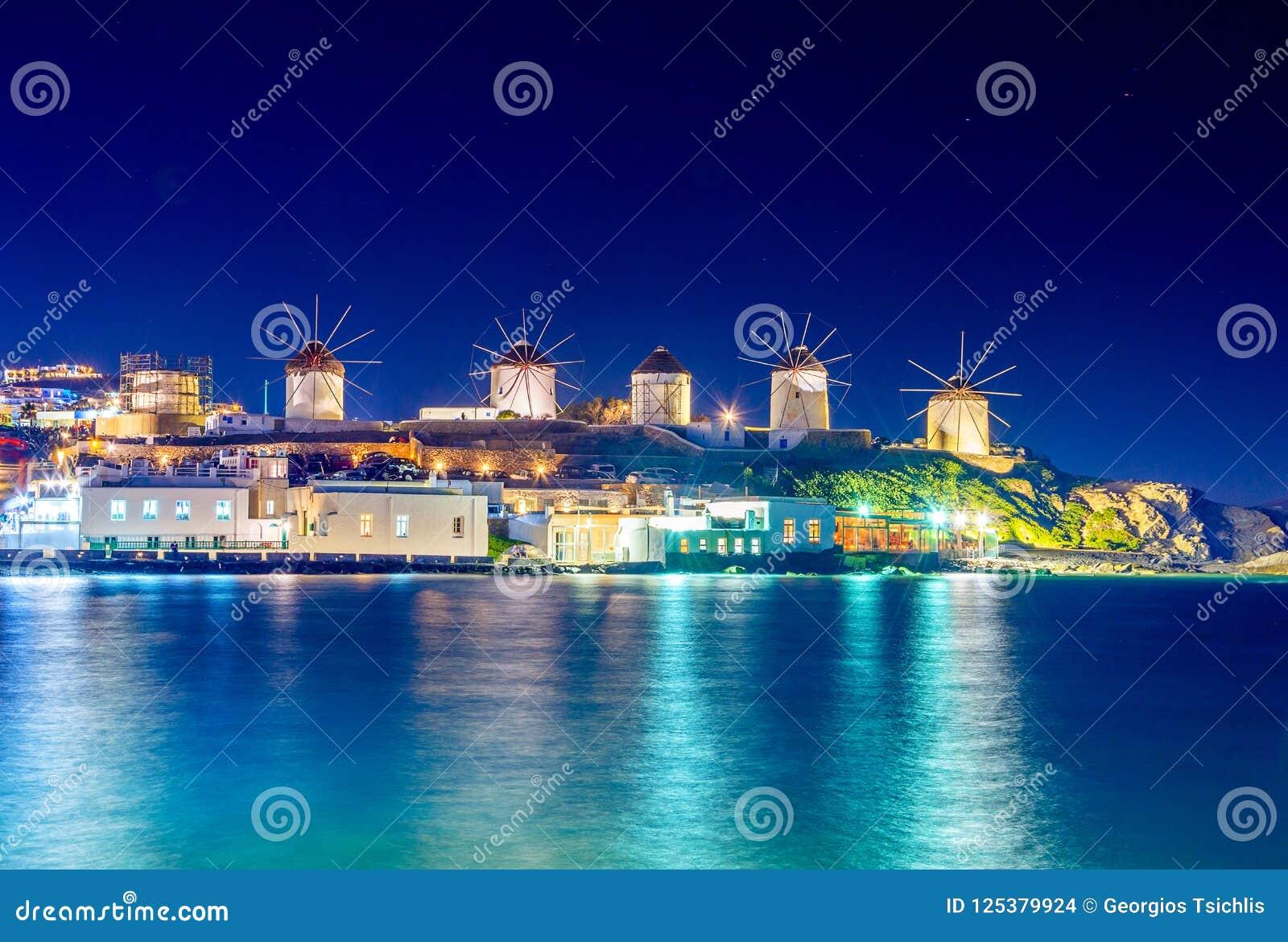 Porto de Mykonos com barcos e moinhos de vento na noite, ilhas de Cyclades