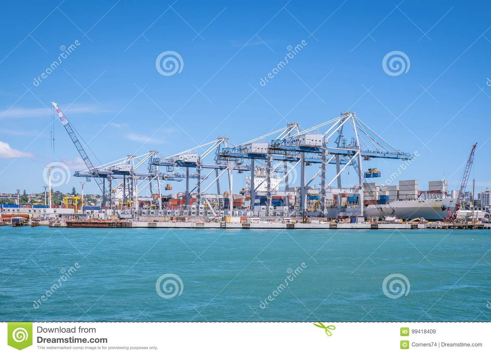 Porto di Auckland con i container, le gru e la nave nella nuova Z