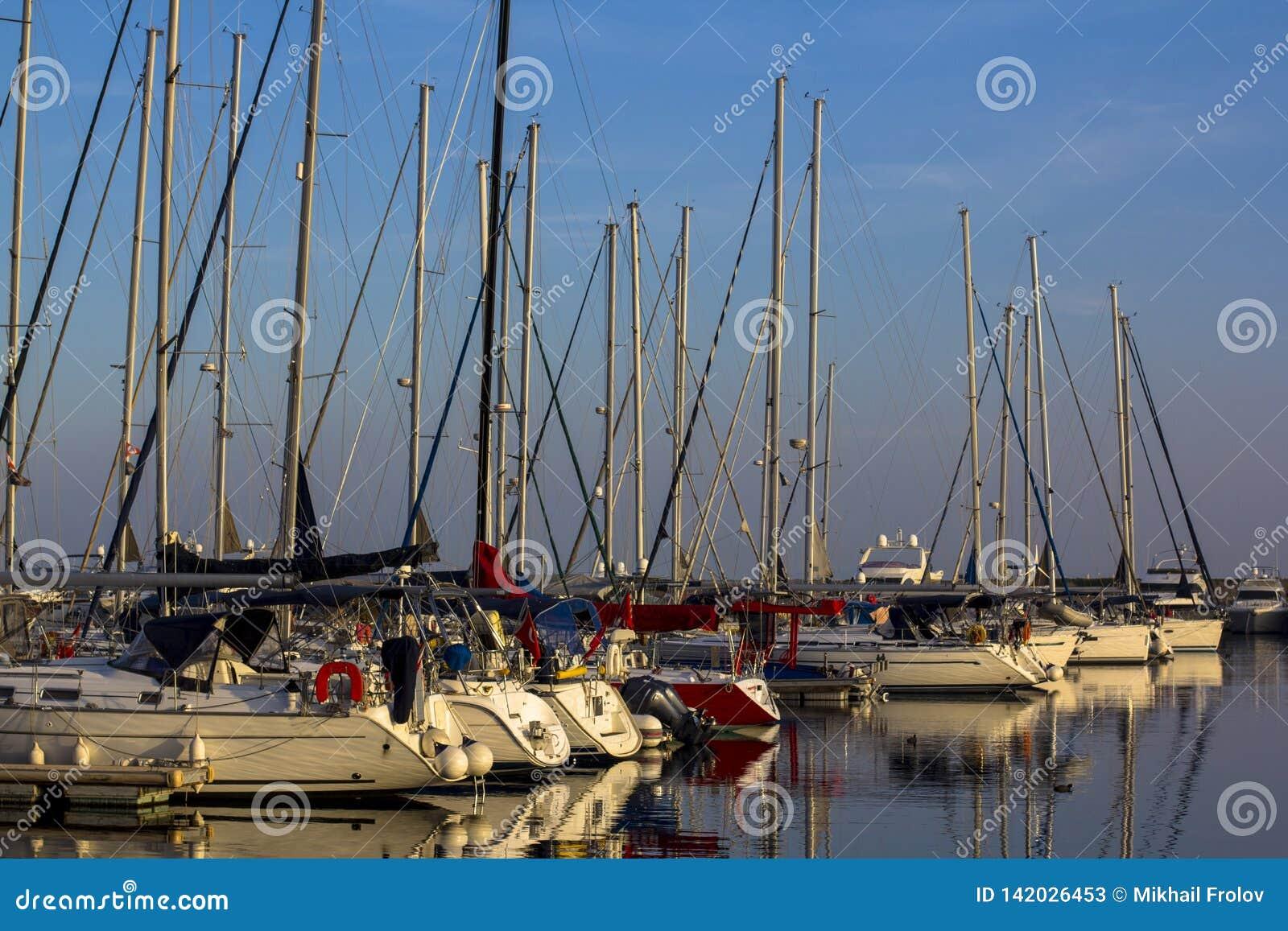 Porto do iate e do veleiro durante o por do sol em Istambul
