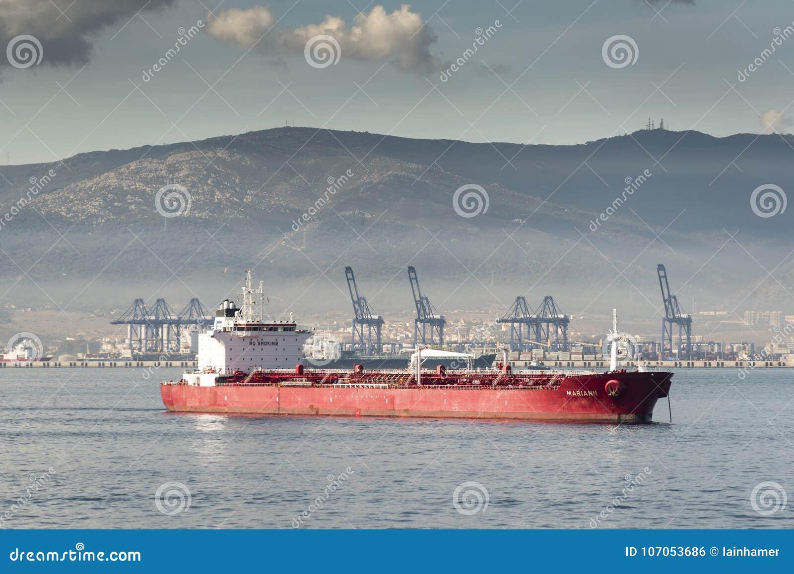 Porto e petroleiro do recipiente de Algeciras da rainha Elizabeth