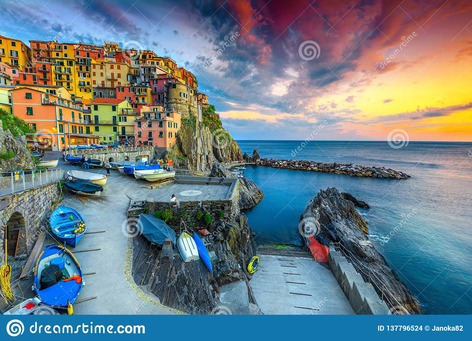 Porto e vila magníficos no por do sol, Manarola, Cinque Terre, Itália