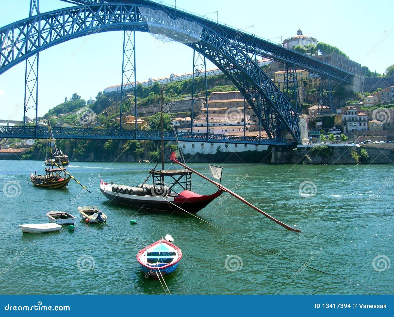 porto fluss douro mit booten in portugal stockfoto bild. Black Bedroom Furniture Sets. Home Design Ideas