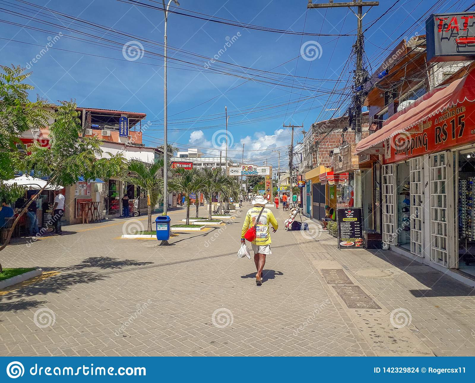 Porto Galinhas, Pernambuco, Brasilien, mars 16,2019: Folk på solig dag på stranden av Porto Galinhas, folk som tycker om solen,