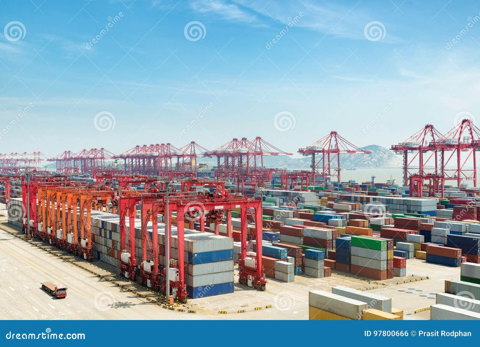 Porto industrial com recipientes, por da água profunda de Shanghai Yangshan