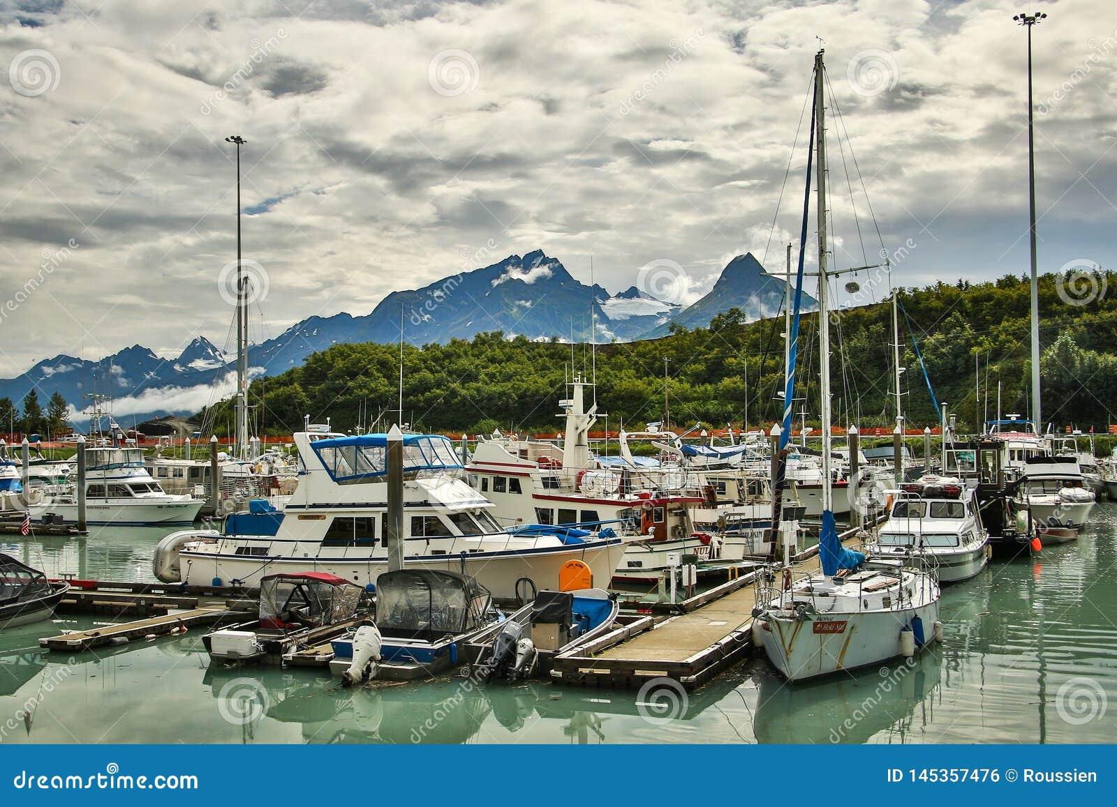 Porto na cidade de Valdez com as montanhas do Alasca no fundo