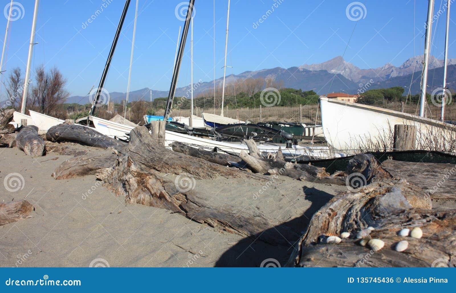 Porto pequeno ou porto temporário em uma praia do inverno