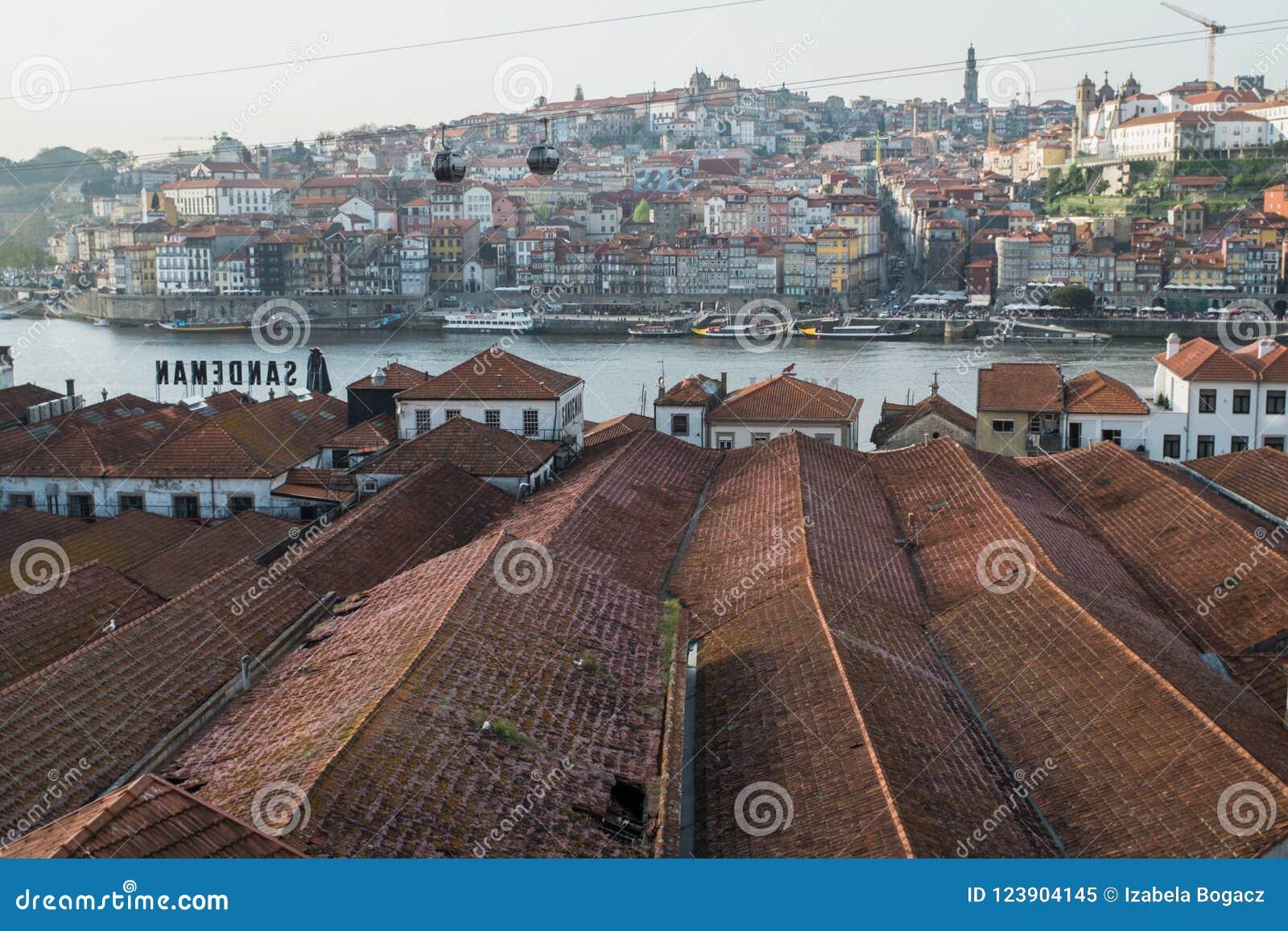 Porto Portugal - April 23, 2018: Sikt av Vila Nova de Gaia och