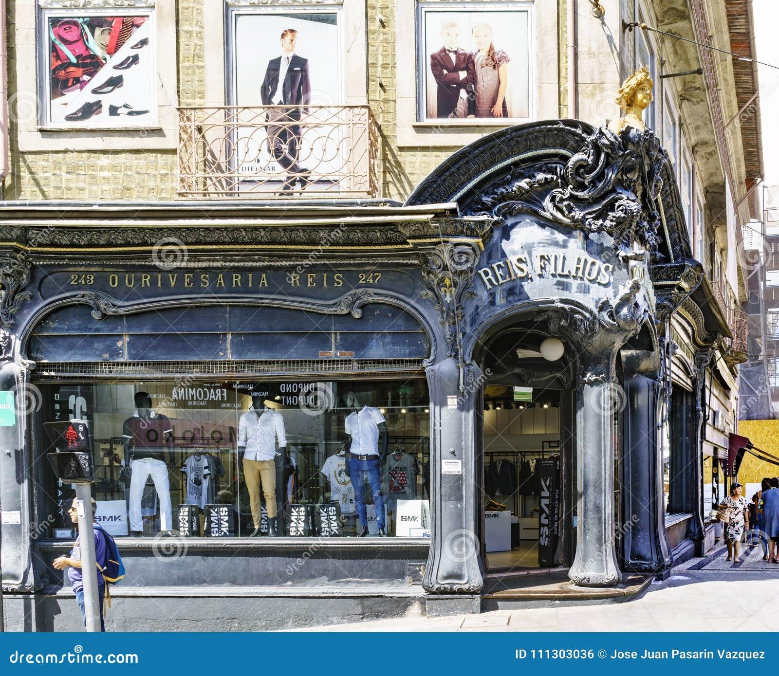Porto, Portugal 12. August 2017: Fassade eines modernistischen Bekleidungsgeschäftes nannte Reis auf der Ecke von Santa Catalina-