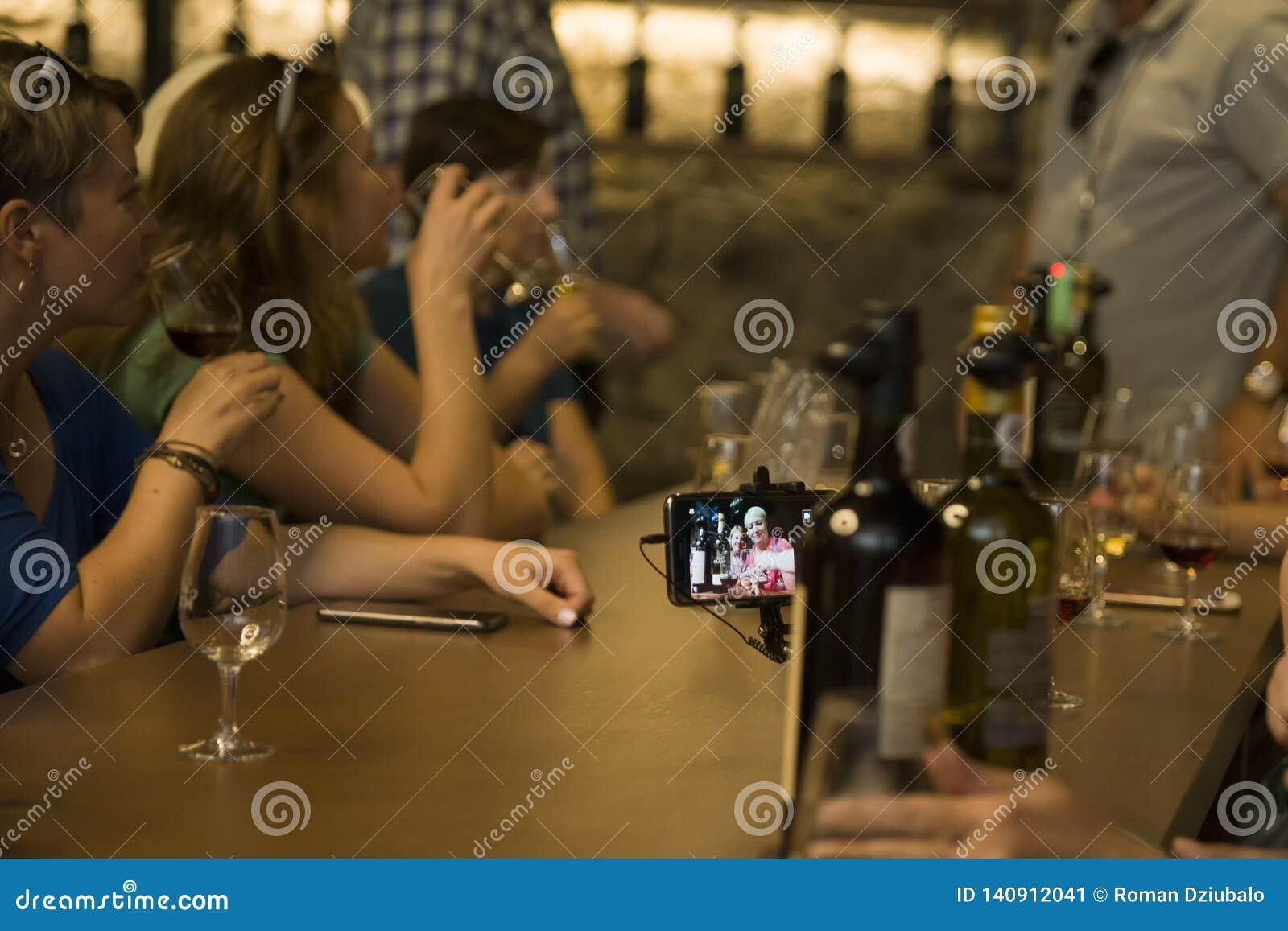 Porto, Portugal, le 21 août 2018 : échantillon de vin gauche dans les caves À la table avec des bouteilles de touristes gauches r