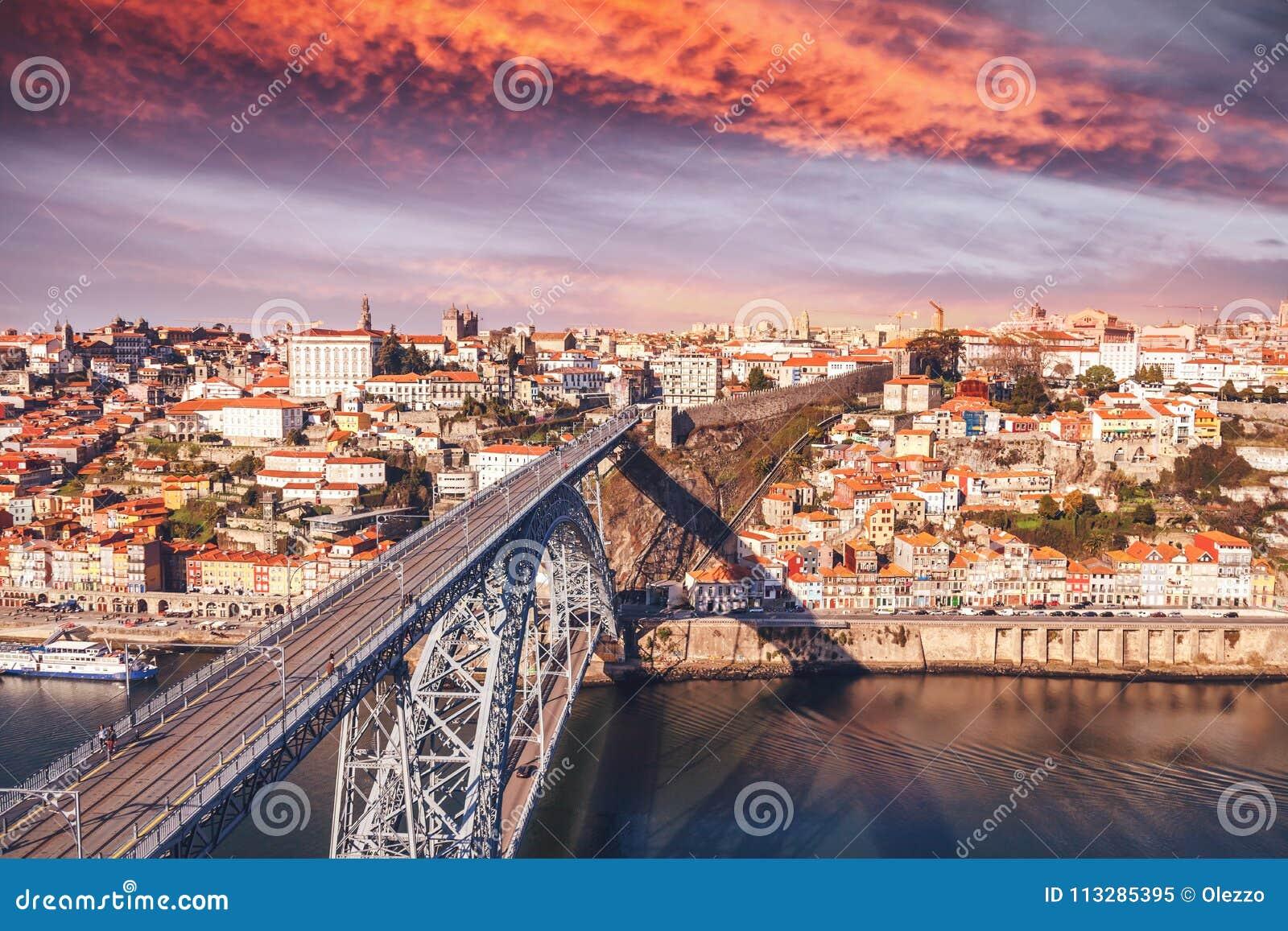 Porto, Portugal oude stadshorizon bij zonsondergang, mooie cityscape