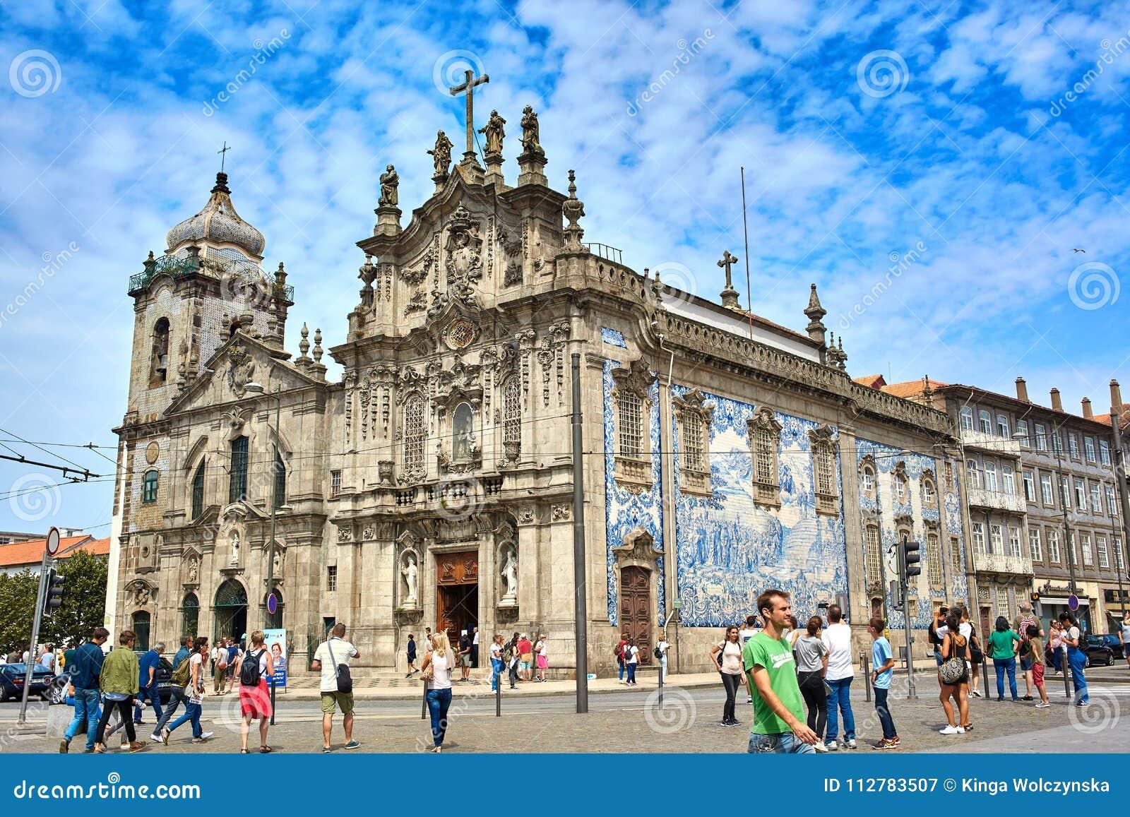 Porto/Portugal - 08 10 2017: Panorama van Igreja do Carmo in een mooie de zomerdag, Portugal
