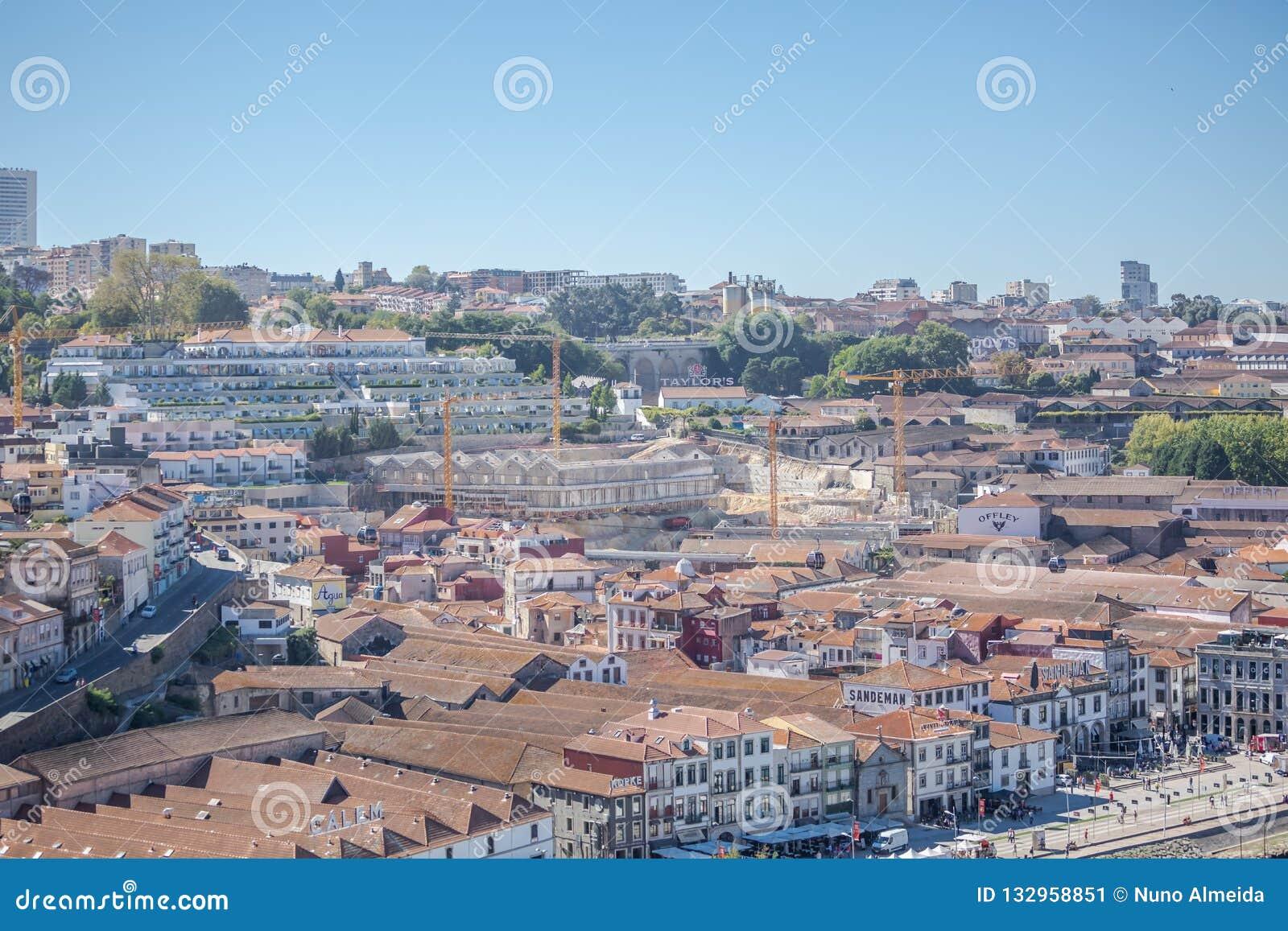 Porto/Portugal - 10/02/2018: Satellietbeeld bij de Douro-rivierbanken op de stad, de pakhuizen en de kelders van Gaia bij de Port