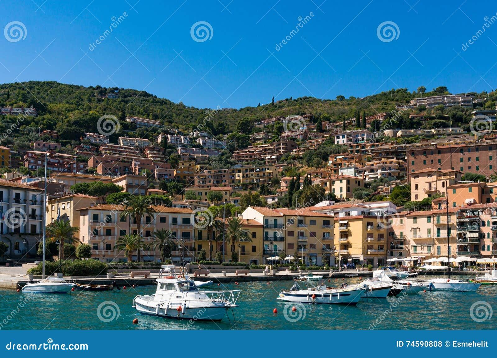 Porto Santo Stefano baai met vissersboten en jachten
