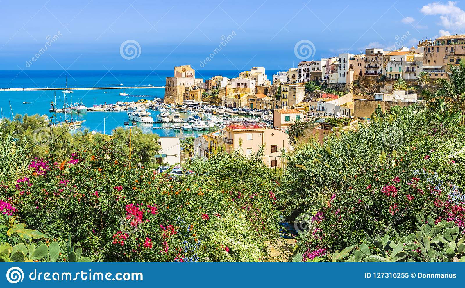 Porto siciliano de Castellammare del Golfo, vila litoral surpreendente da ilha de Sicília, Itália