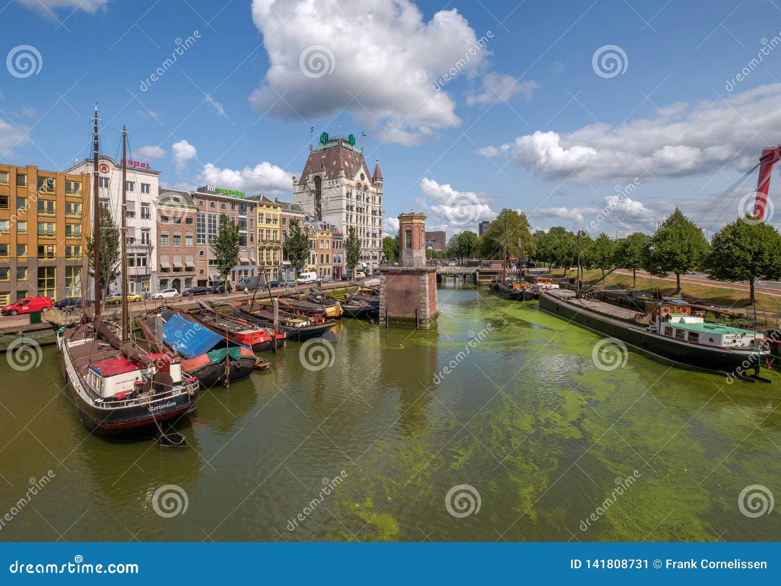 Porto storico di Oude con le vecchie navi nel centro urbano di Rotterdam