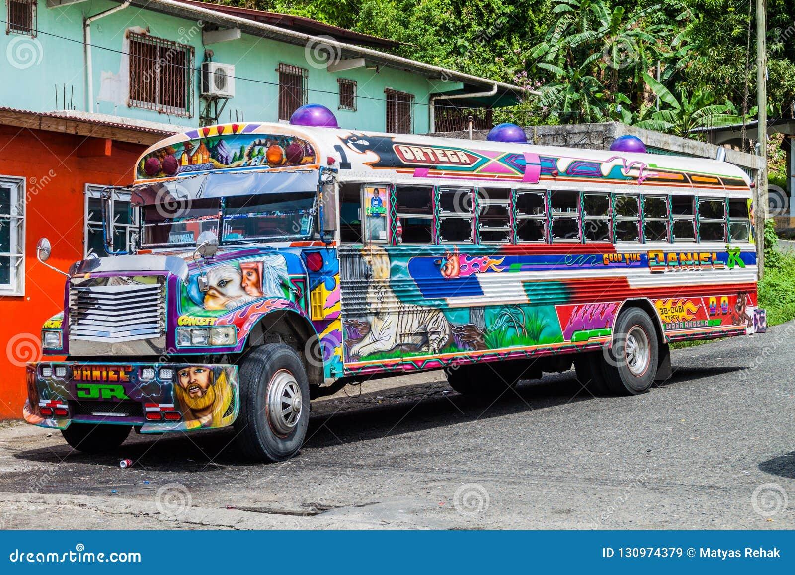 PORTOBELO, PANAMA - 28 MAI 2016 : Autobus coloré de poulet, ancien autobus scolaire des USA dans le village de Portobelo, Pana