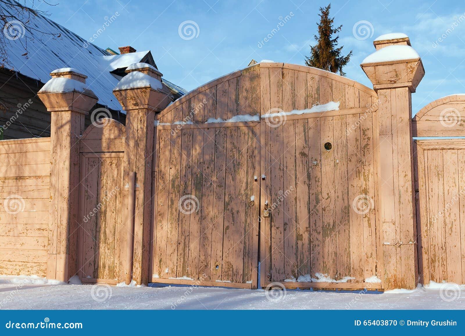 Portoni di legno di vecchia casa fotografia stock - Portoni di casa ...