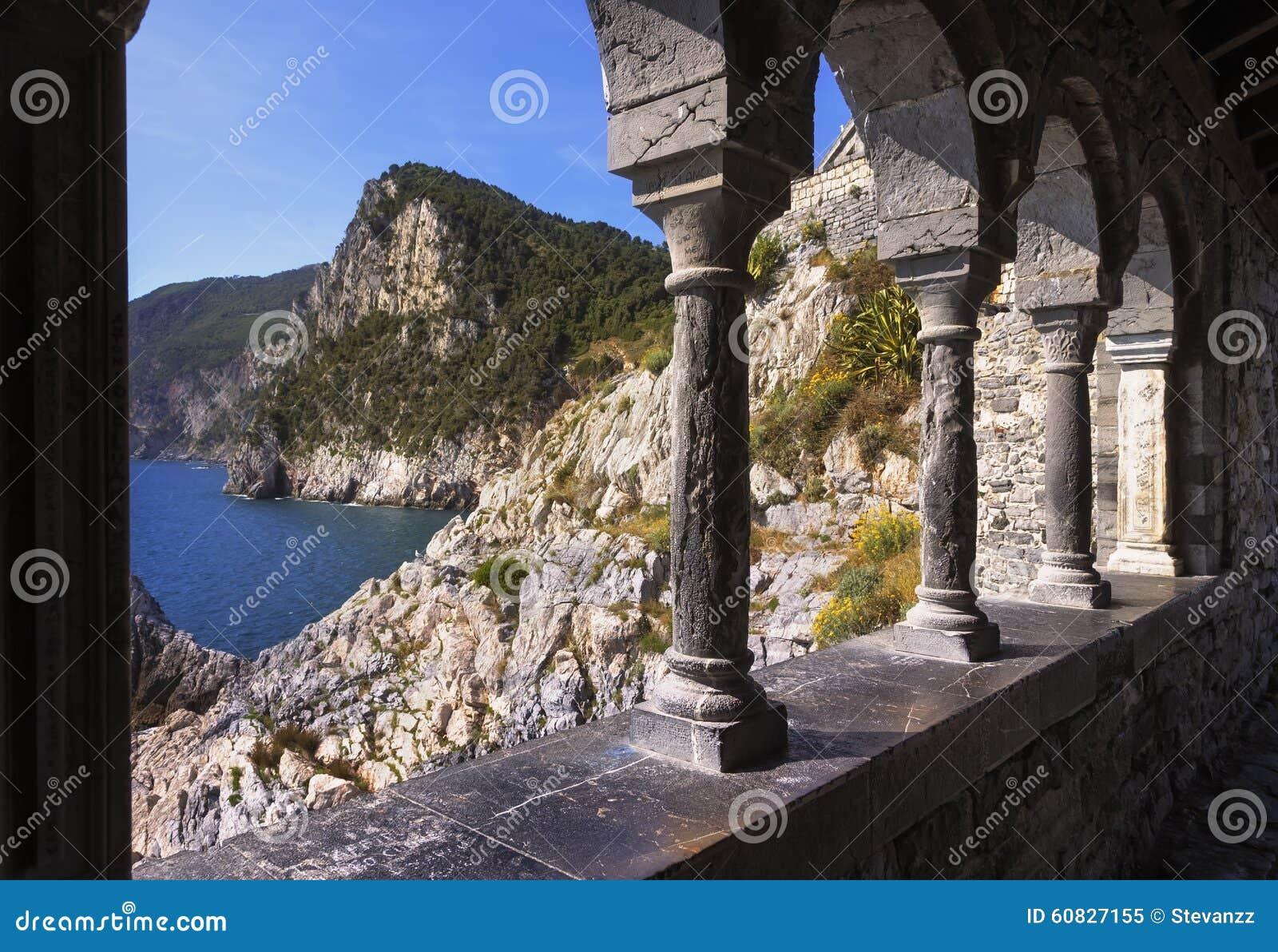 Portovenere, opinión de la costa de la iglesia de San Pedro Terre de Cinque, Li