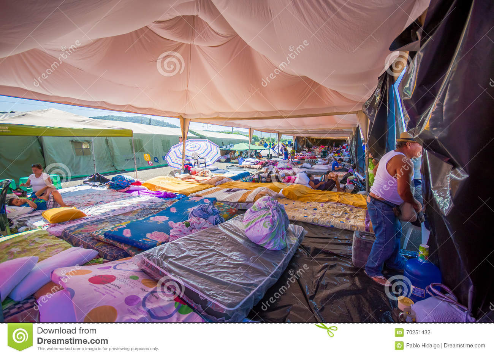 Portoviejo, Ισημερινού - 18 Απριλίου, 2016: Σκηνές για τους πρόσφυγες μετά από 7 σεισμός 8