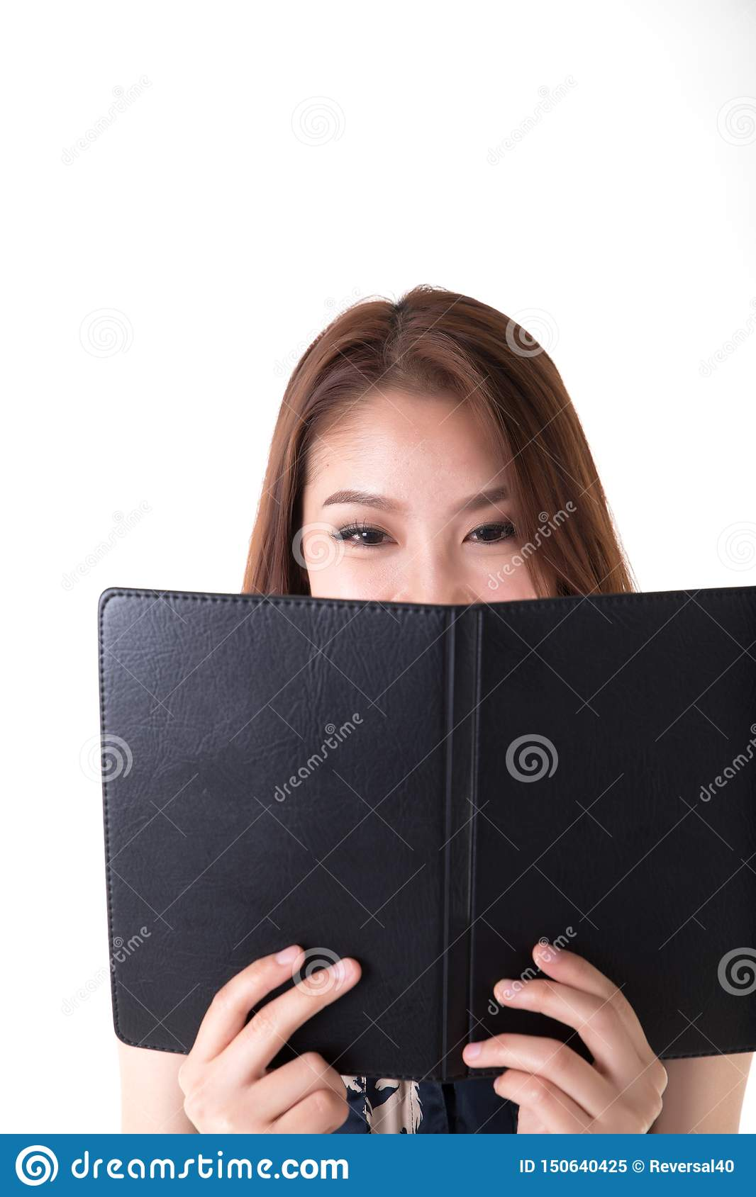 Porträt-Asiatin, die Notizbuch betrachtet