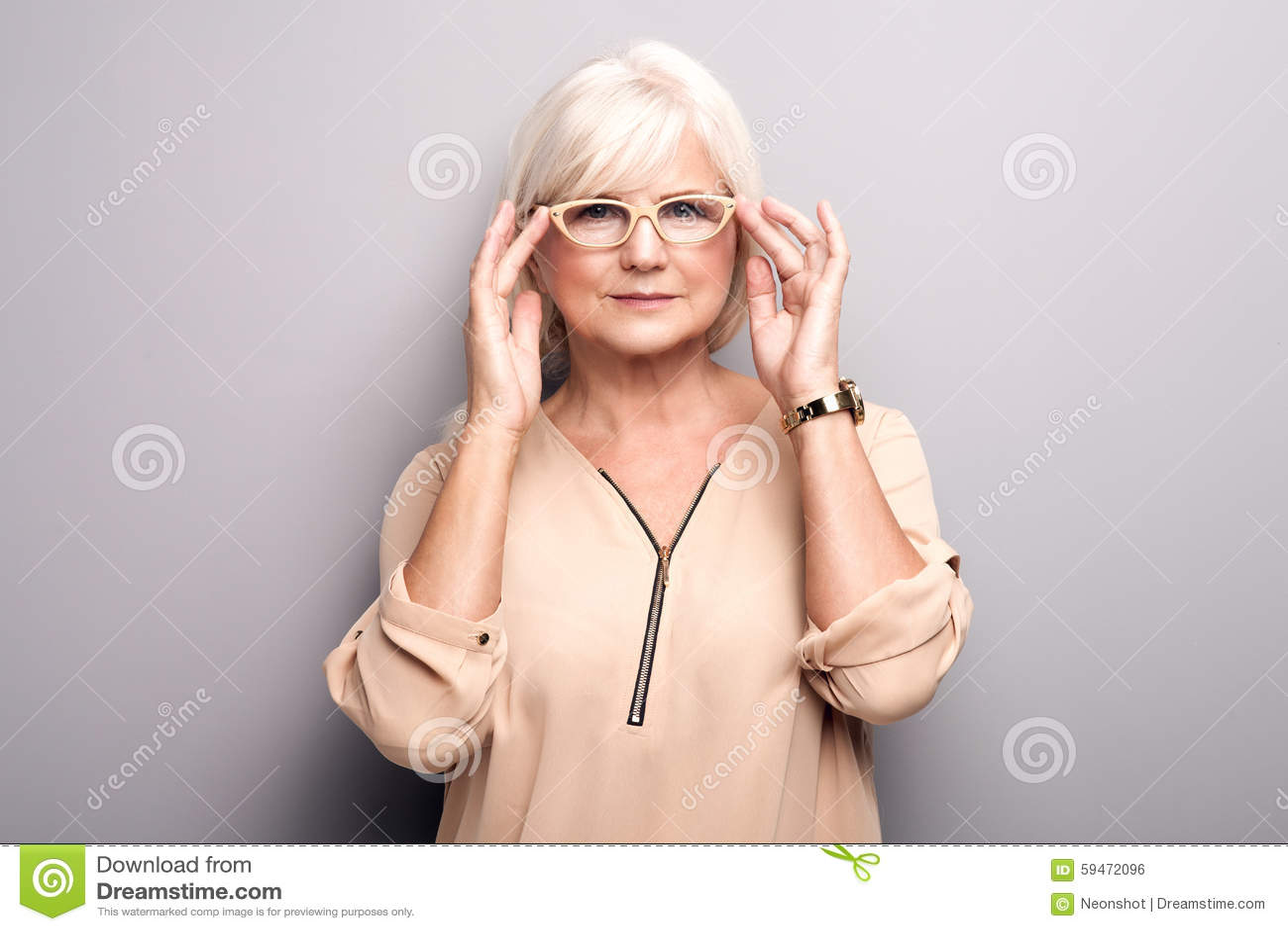 Porträt Der älteren Frau In Den Brillen Stockfoto Bild Von Gesicht