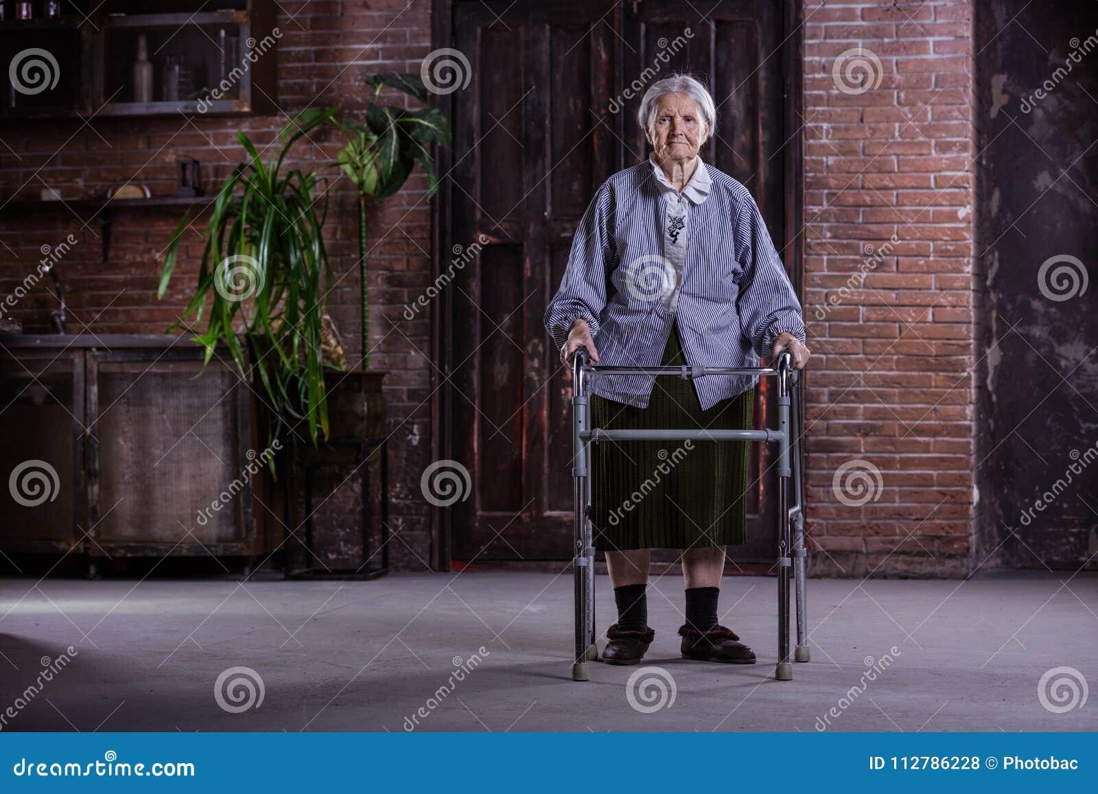 Porträt der älteren Frau mit Wanderer zu Hause