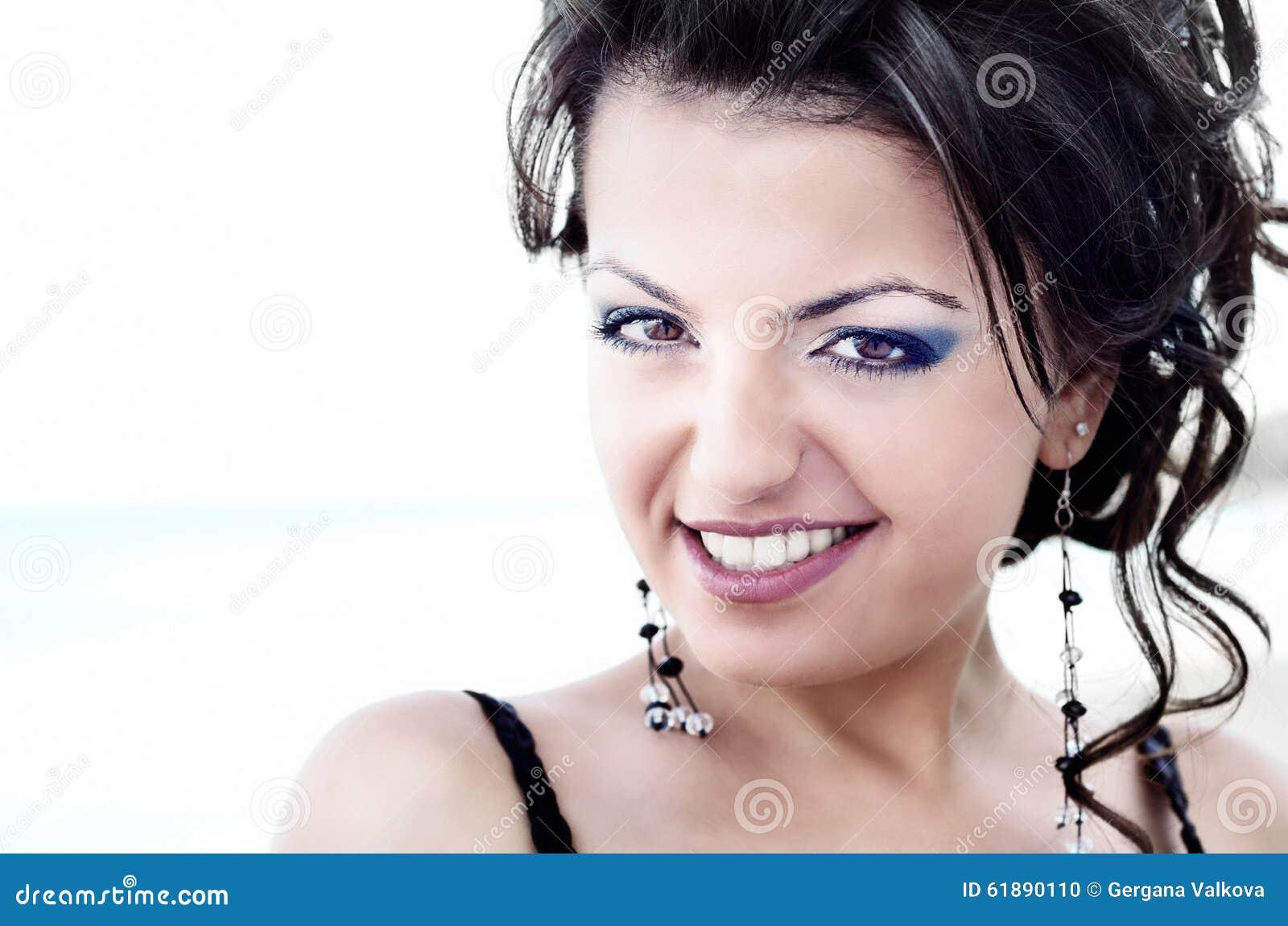 Porträt der attraktiven jungen Frau