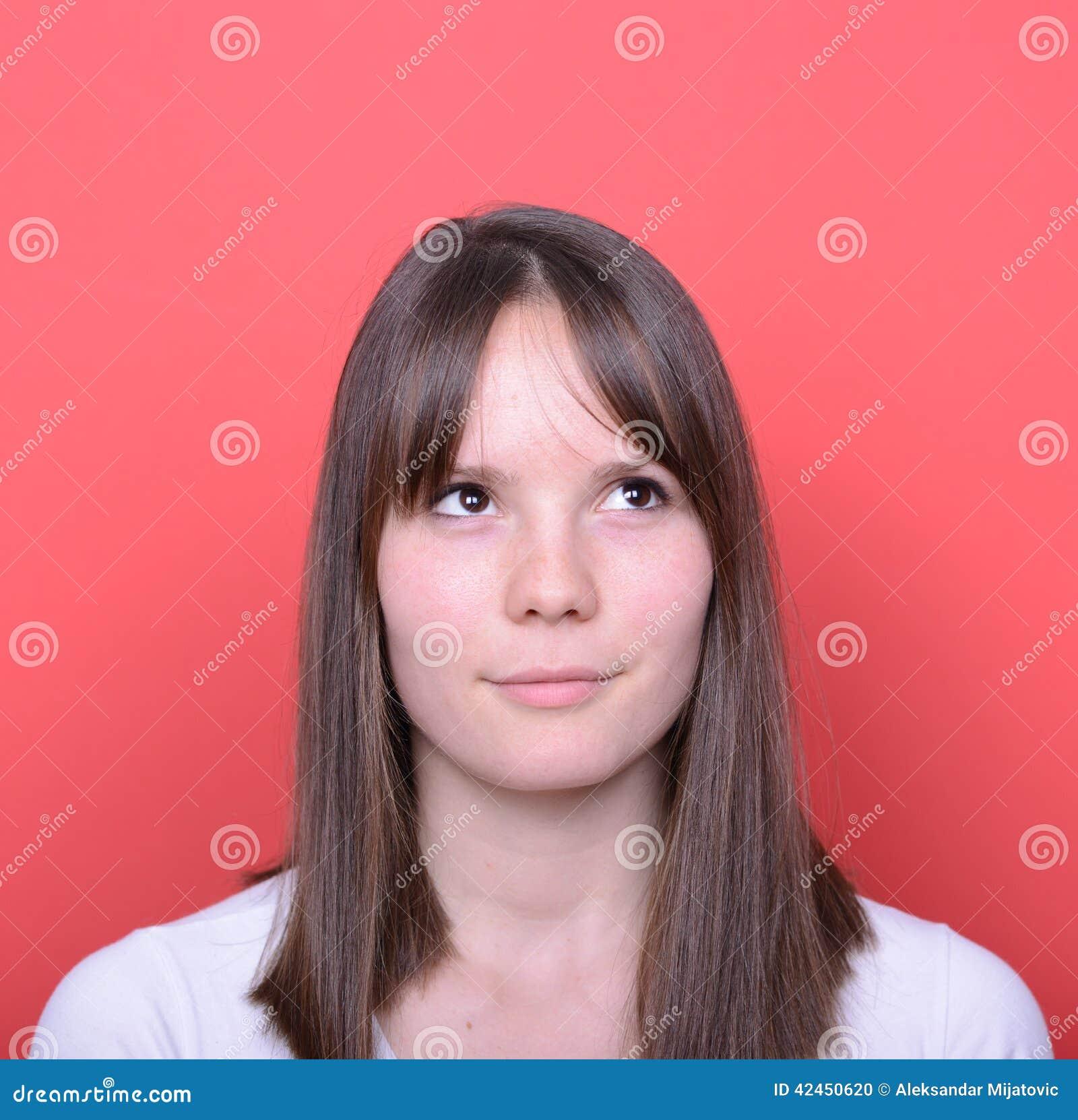 Porträt der denkenden Frau oben schauend