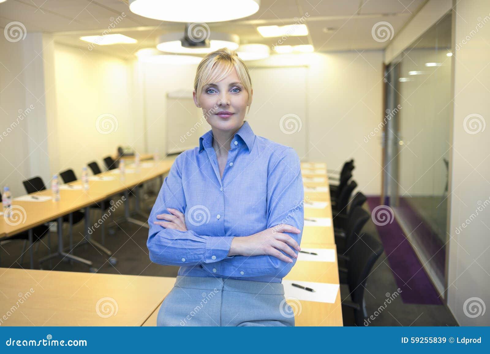 Porträt der hübschen Geschäftsfrau im Konferenzzimmer