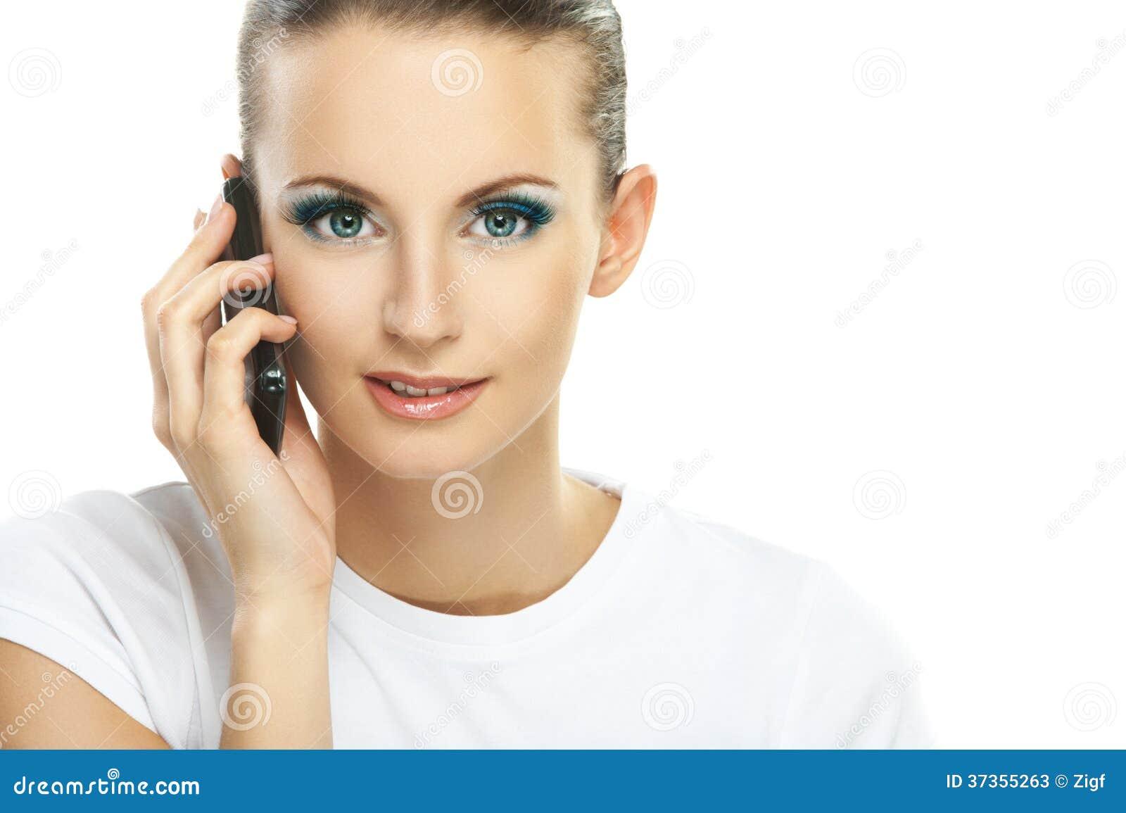 Porträt der jungen Frau sprechend am Telefon
