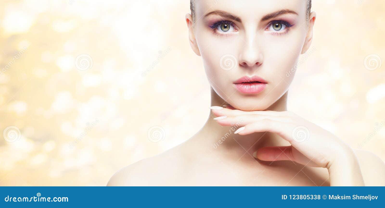 Porträt der jungen, natürlichen und gesunden Frau über gelbem Herbsthintergrund Gesundheitswesen, Badekurort, Make-up und Face li
