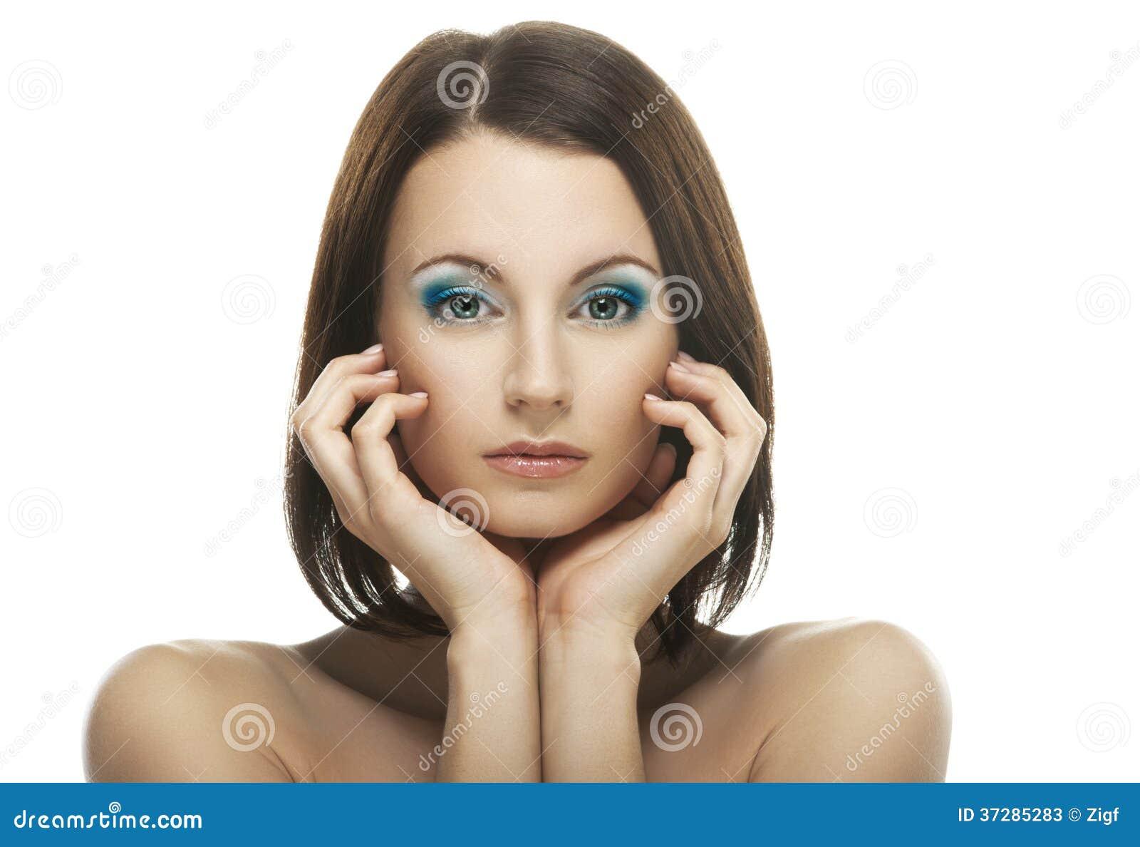 Porträt der jungen schönen dunkelhaarigen Frau