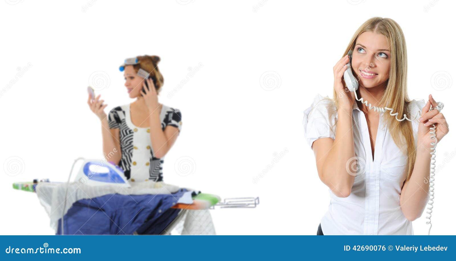 Porträt der lächelnden Geschäftsfrau-Telefonunterhaltung