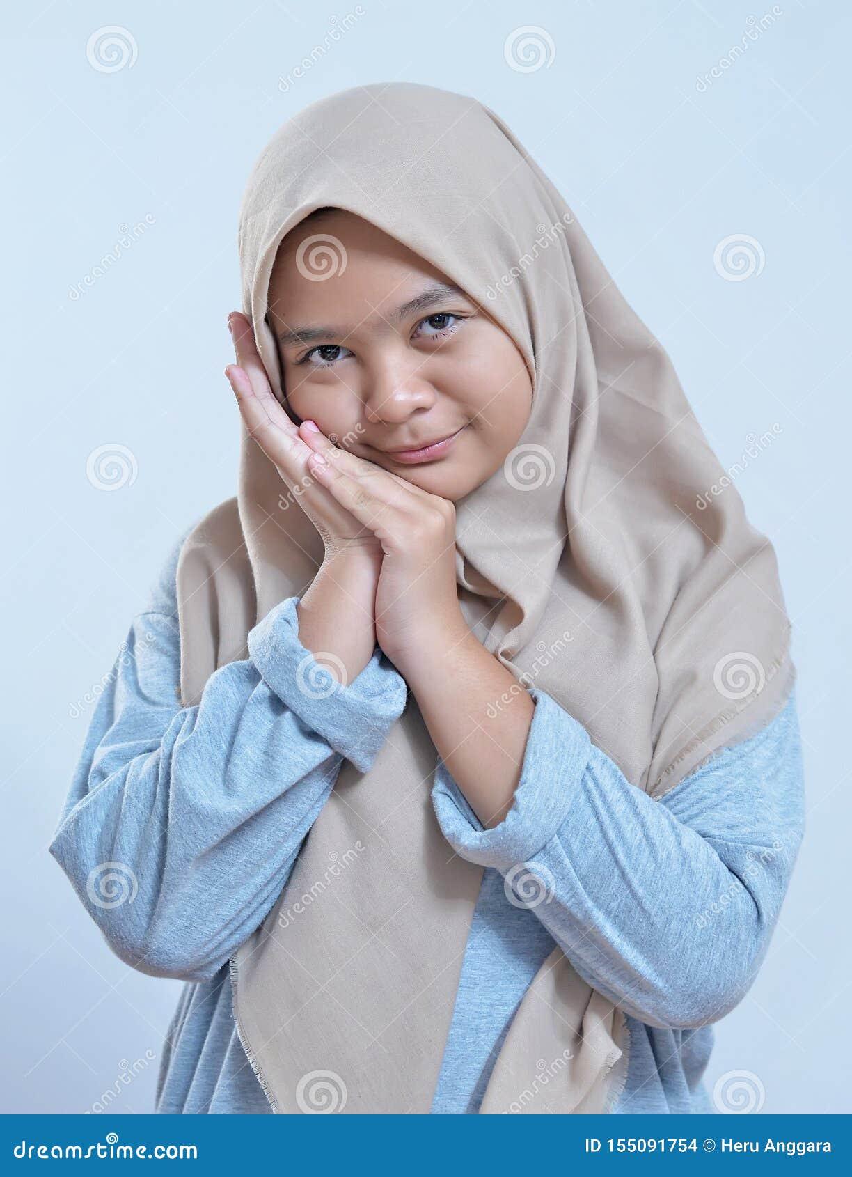 Porträt der moslemischen Frau des schüchternen jungen modernen Asiaten