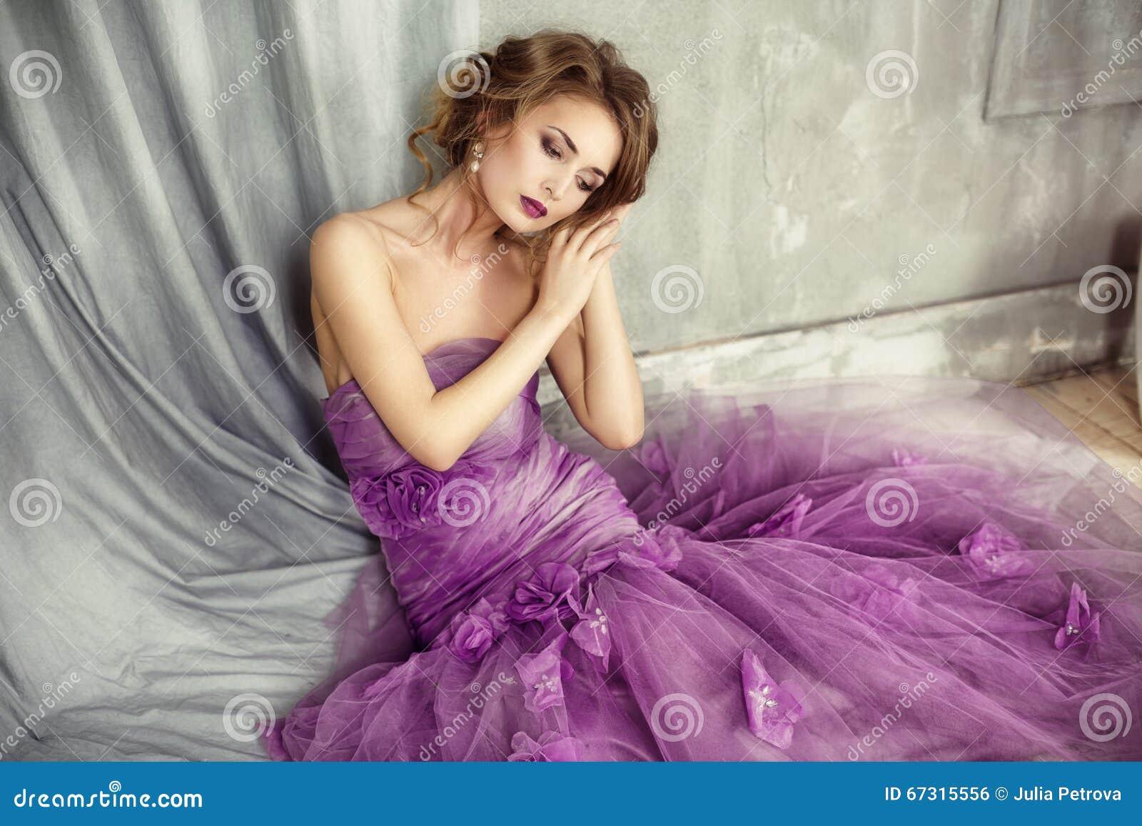 Porträt Der Romantischen Frau In Einem Lila Kleid Stockfoto