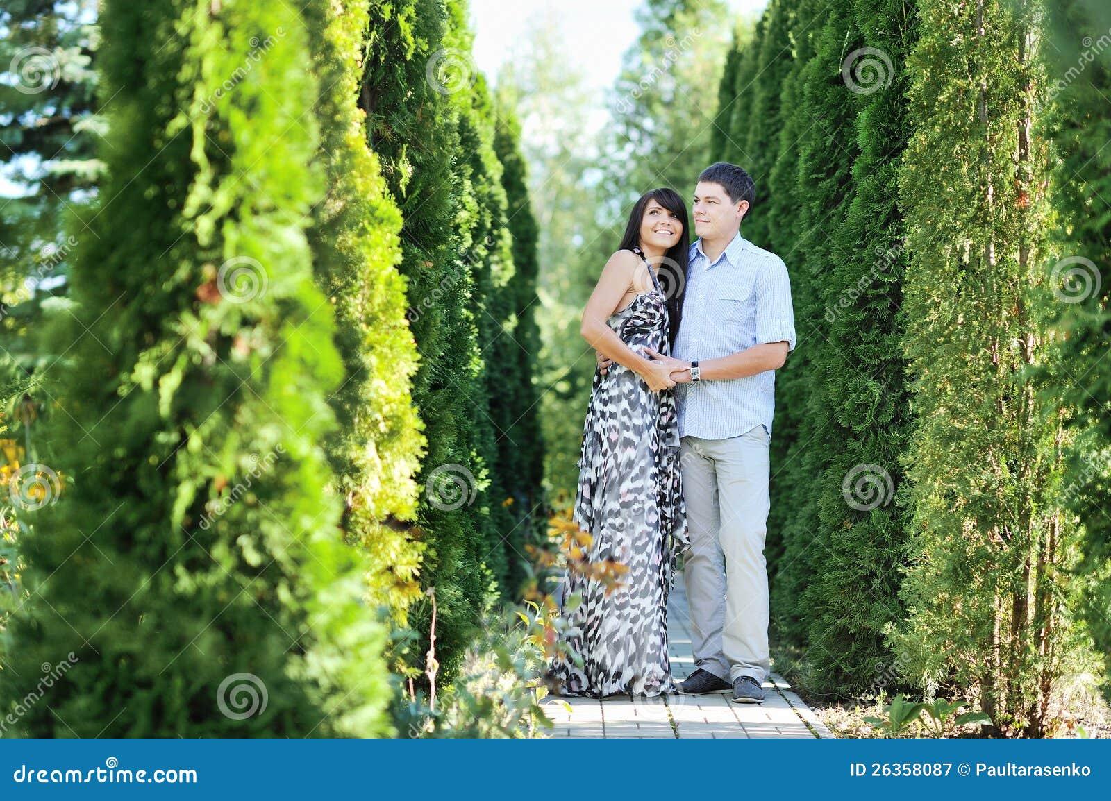 Porträt der romantischen Paare in einem Garten