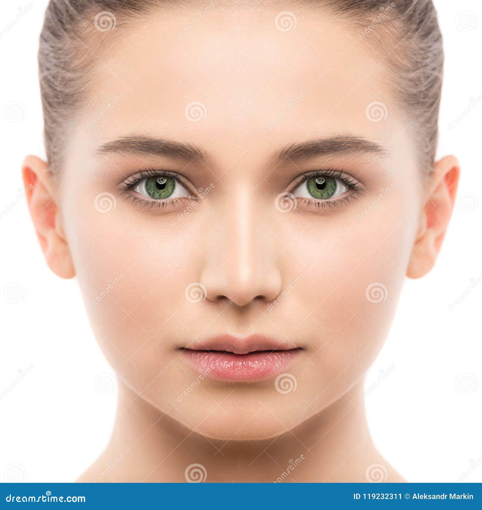 Porträt der schönen jungen Brunettefrau mit sauberem Gesicht Getrennt auf einem Weiß