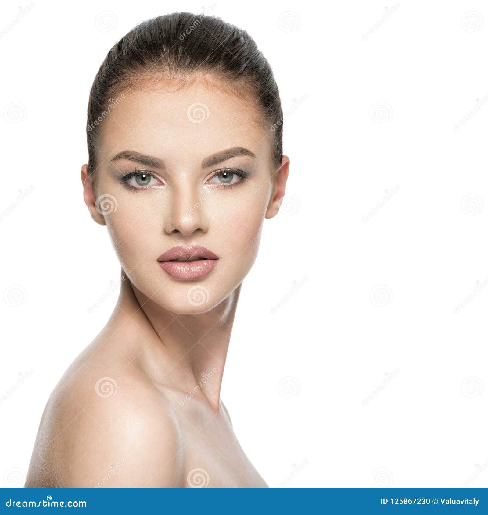 Porträt der schönen jungen Brunettefrau mit Schönheitsgesicht
