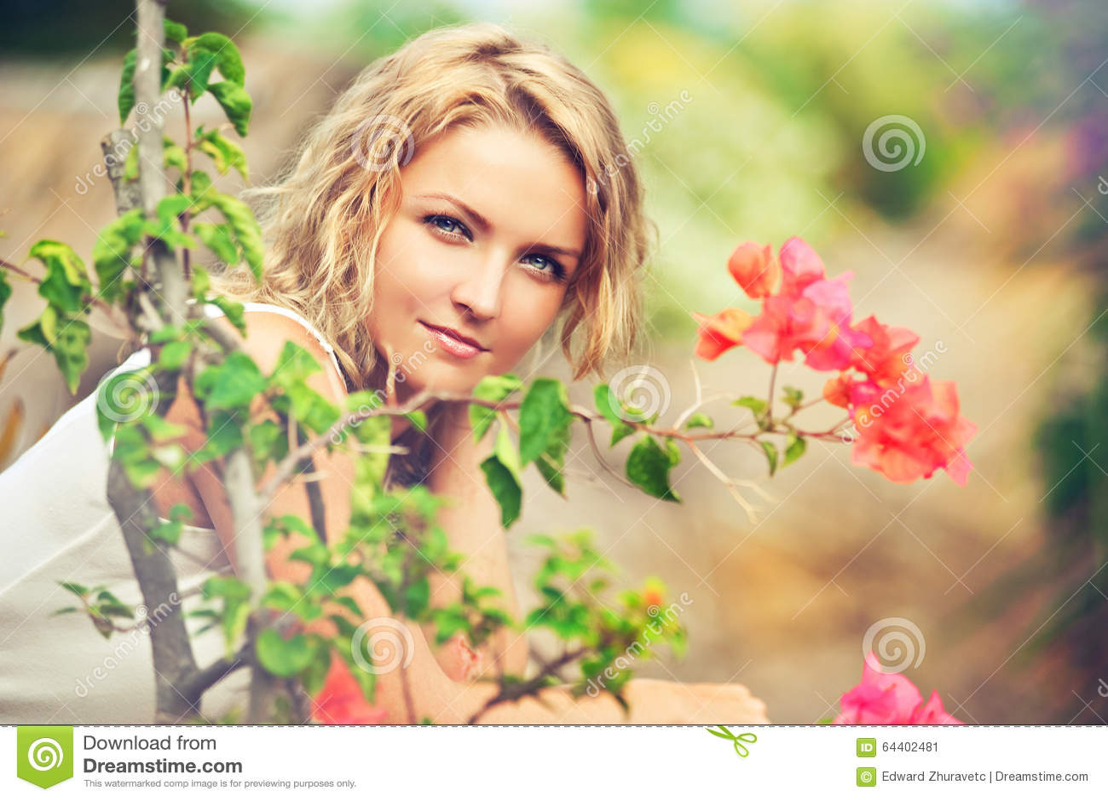 Porträt der schönen jungen Frau auf der Natur