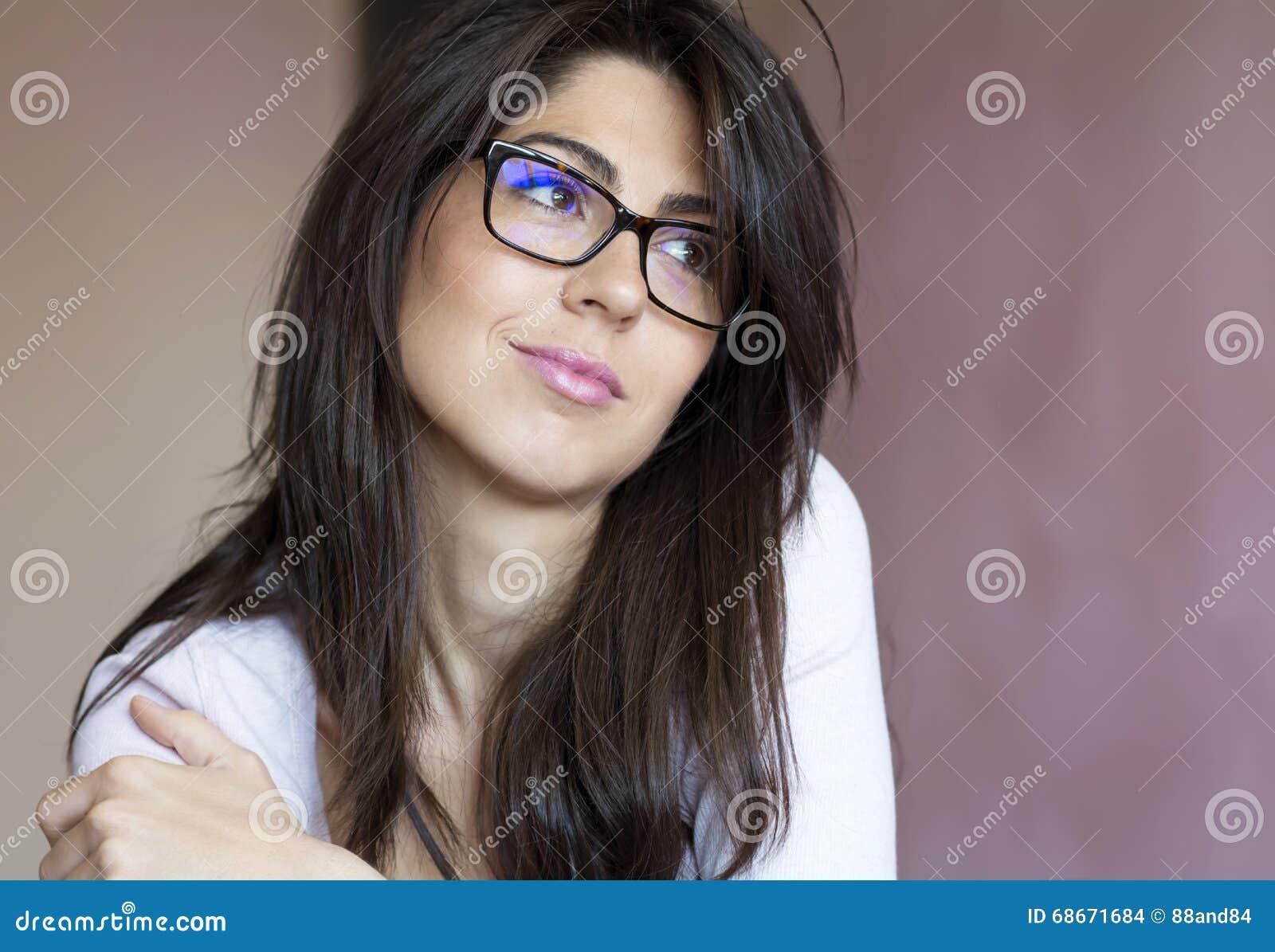 Porträt der schönen jungen lächelnden Frau mit modernen Brillen