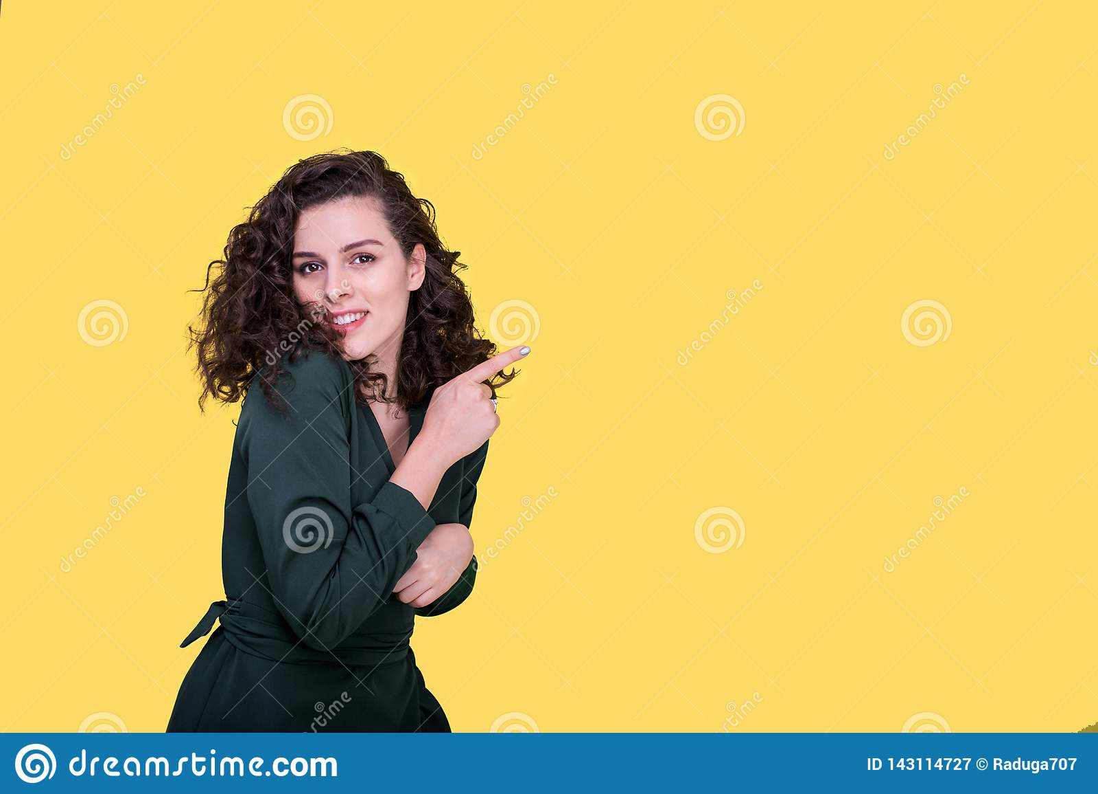 Porträt der Schönheit auf gelbem Hintergrund